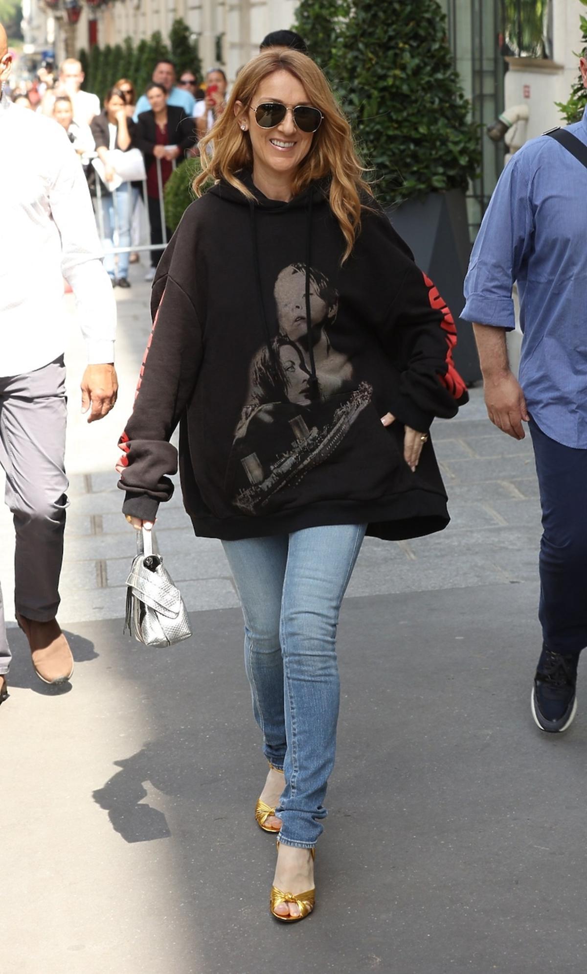 Celine Dion w dużej bluzie z kapturem