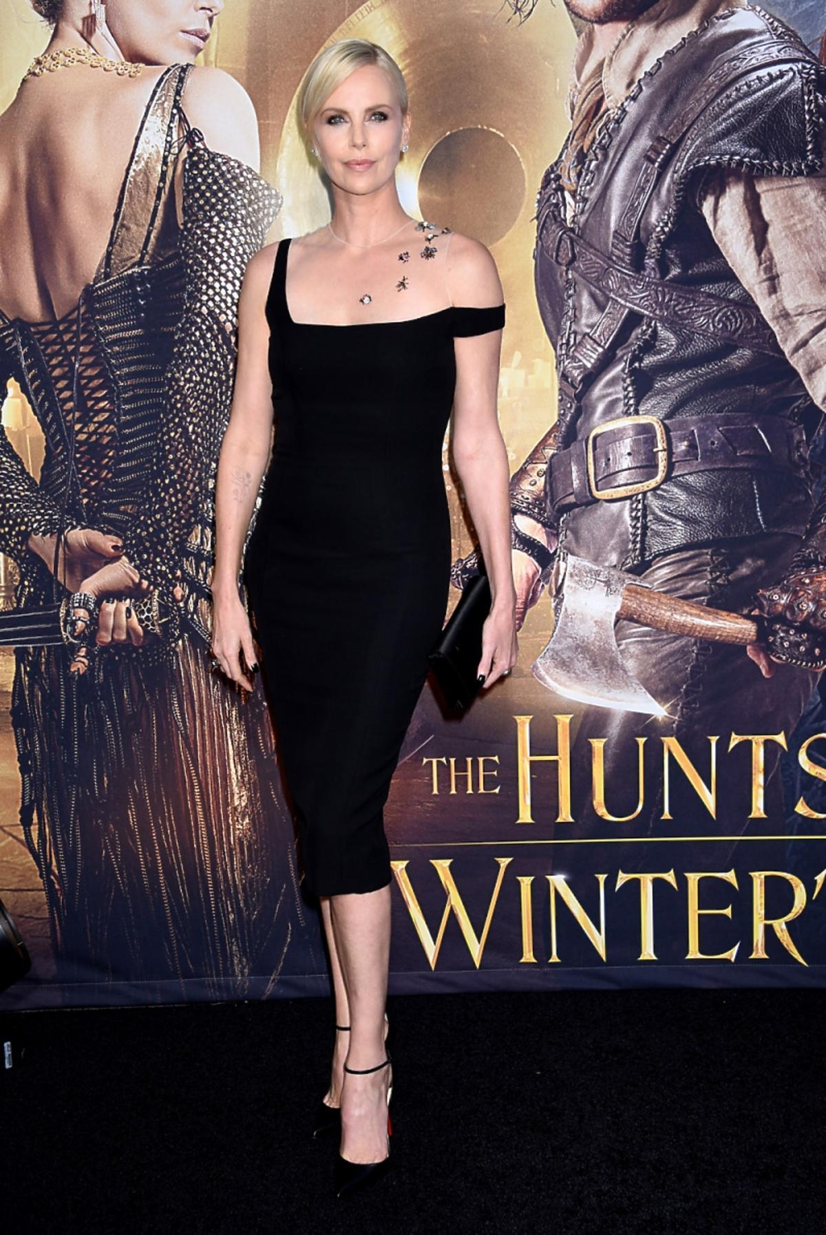 Charlize Theron pozuje na premierze w sukni Diora i szpilkach Christiana Louboutina