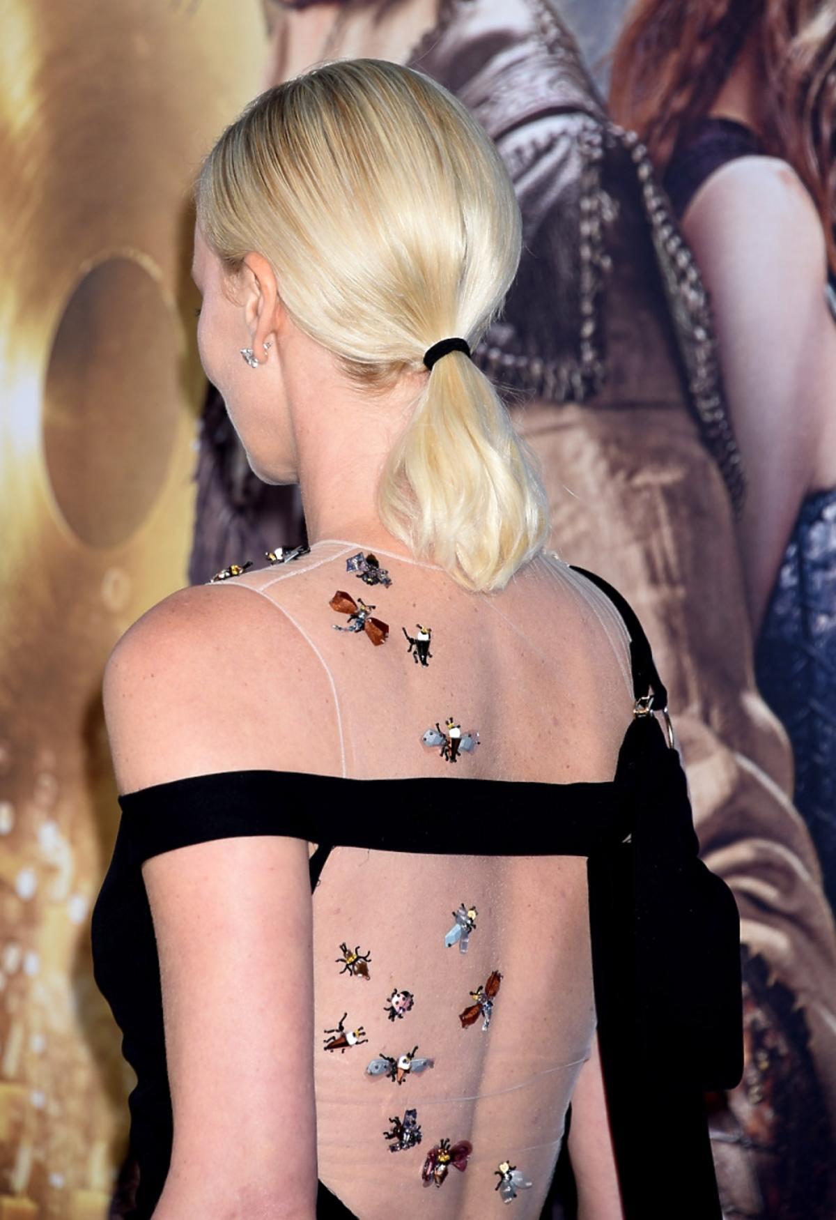Charlize Theron z seksownie odsłoniętymi plecami