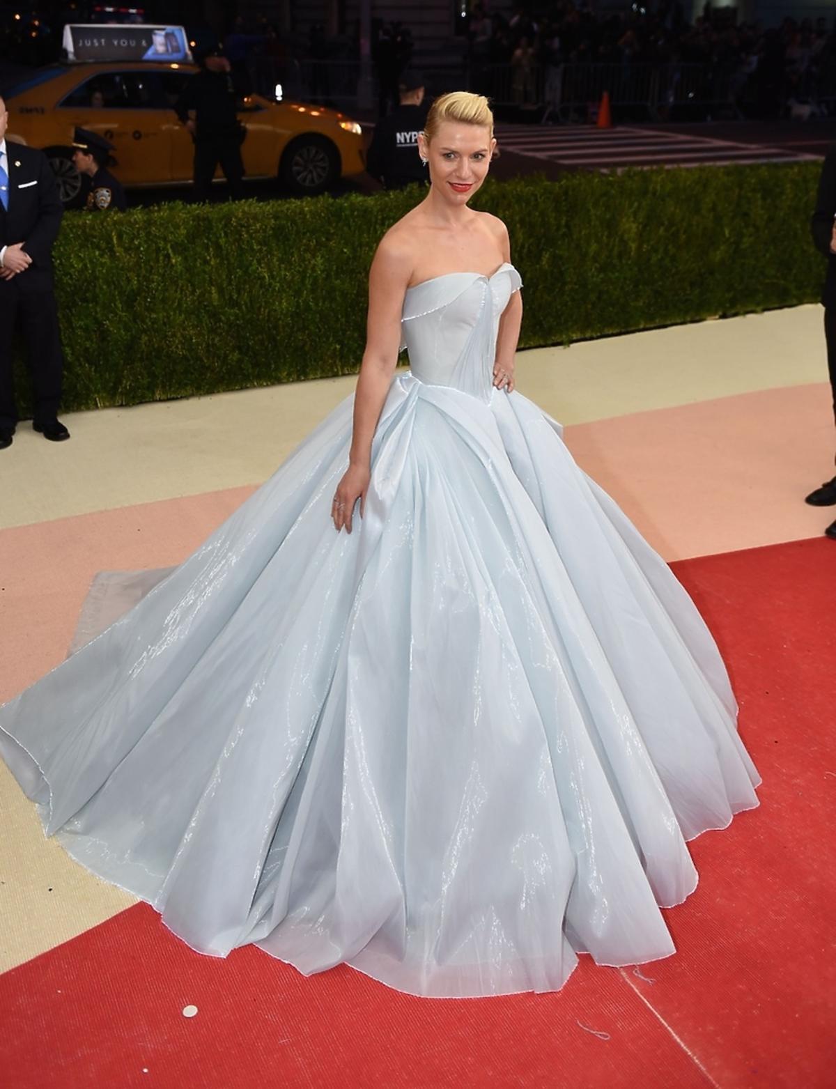 Claire Danes w spektakularnej, błękitnej sukni od Zaca Posena