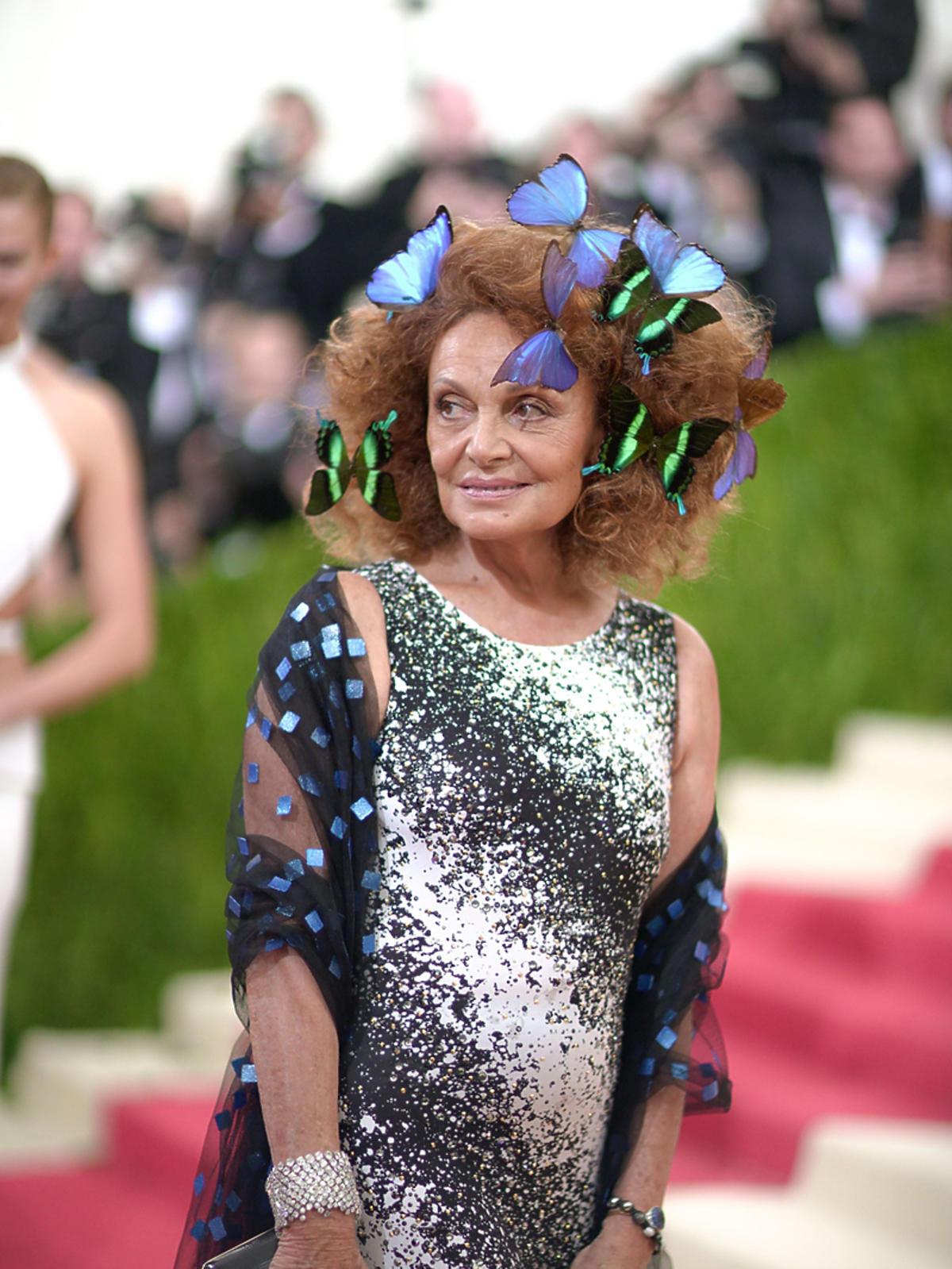 Dziwny look Diane Von Furstenberg z motylami we włosach na gali MET 2016