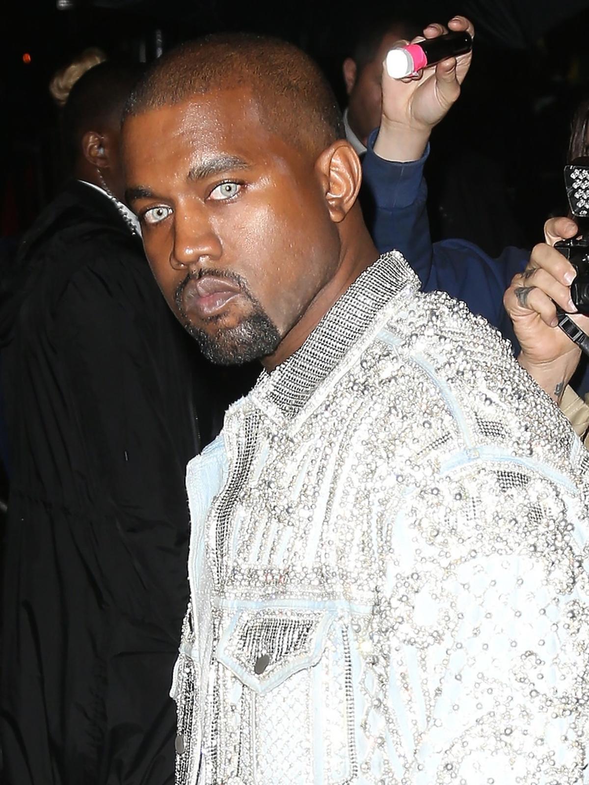 Dziwny look Kanyego Westa z kolorowymi soczewkami kontaktowymi na gali MET 2016
