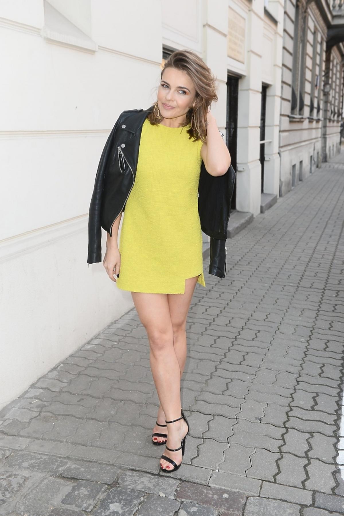 Edyta Herbuś w żółtej sukience i skórzanej kurtce na otwarciu butiku Anny Krzyżanowskiej