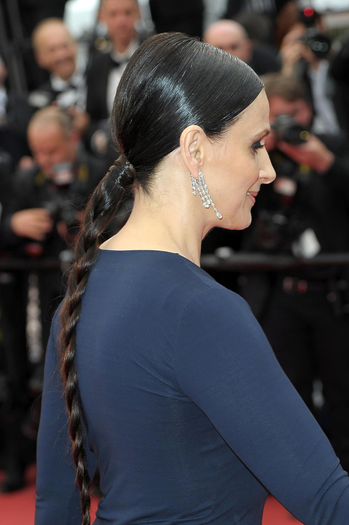 Elegancka Juliette Binoche z długim warkoczem na czerwonym dywanie festiwalu w Cannes