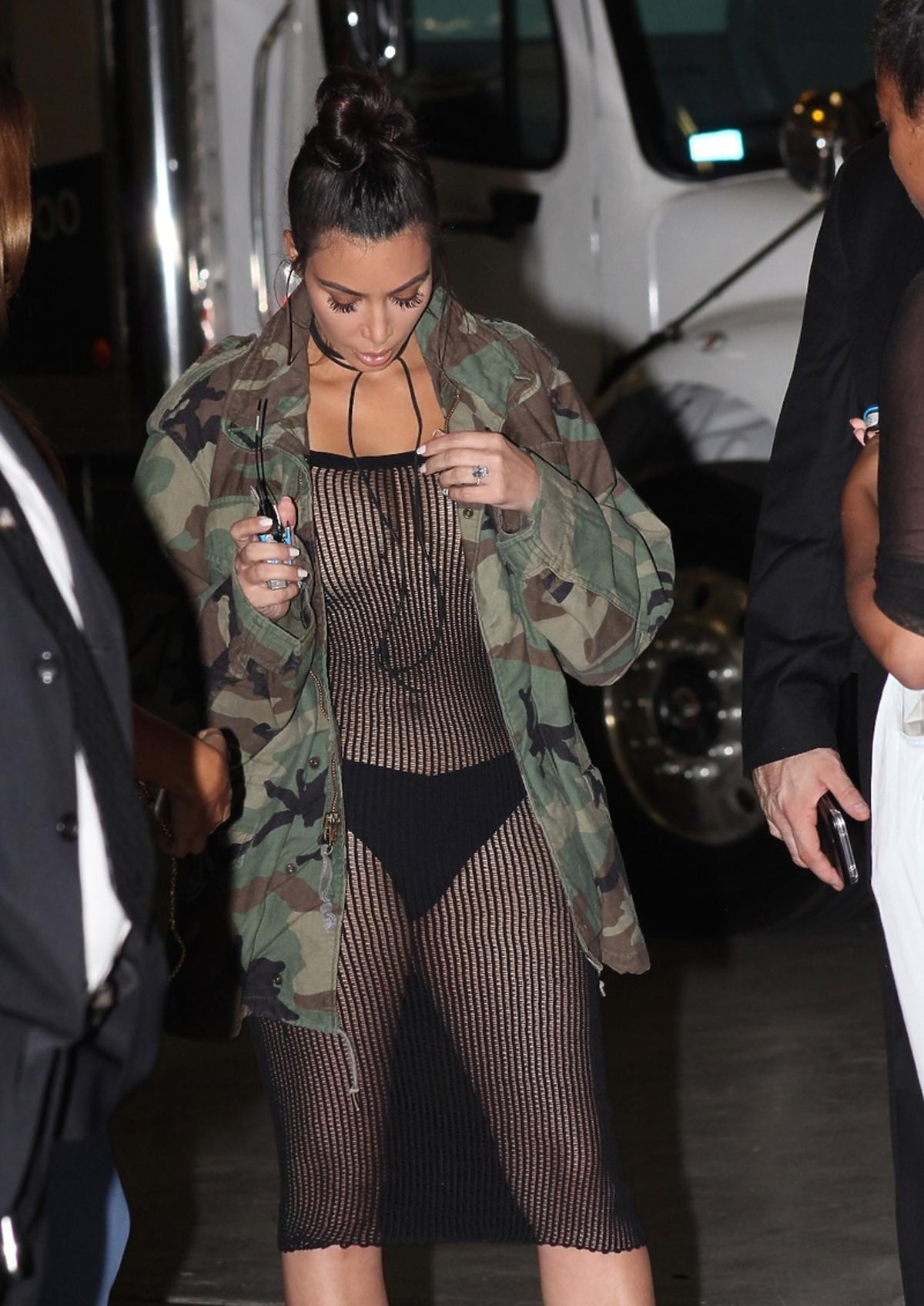 Kim Kardashian pokazuje piersi i majtki na OUE Skyspace Event