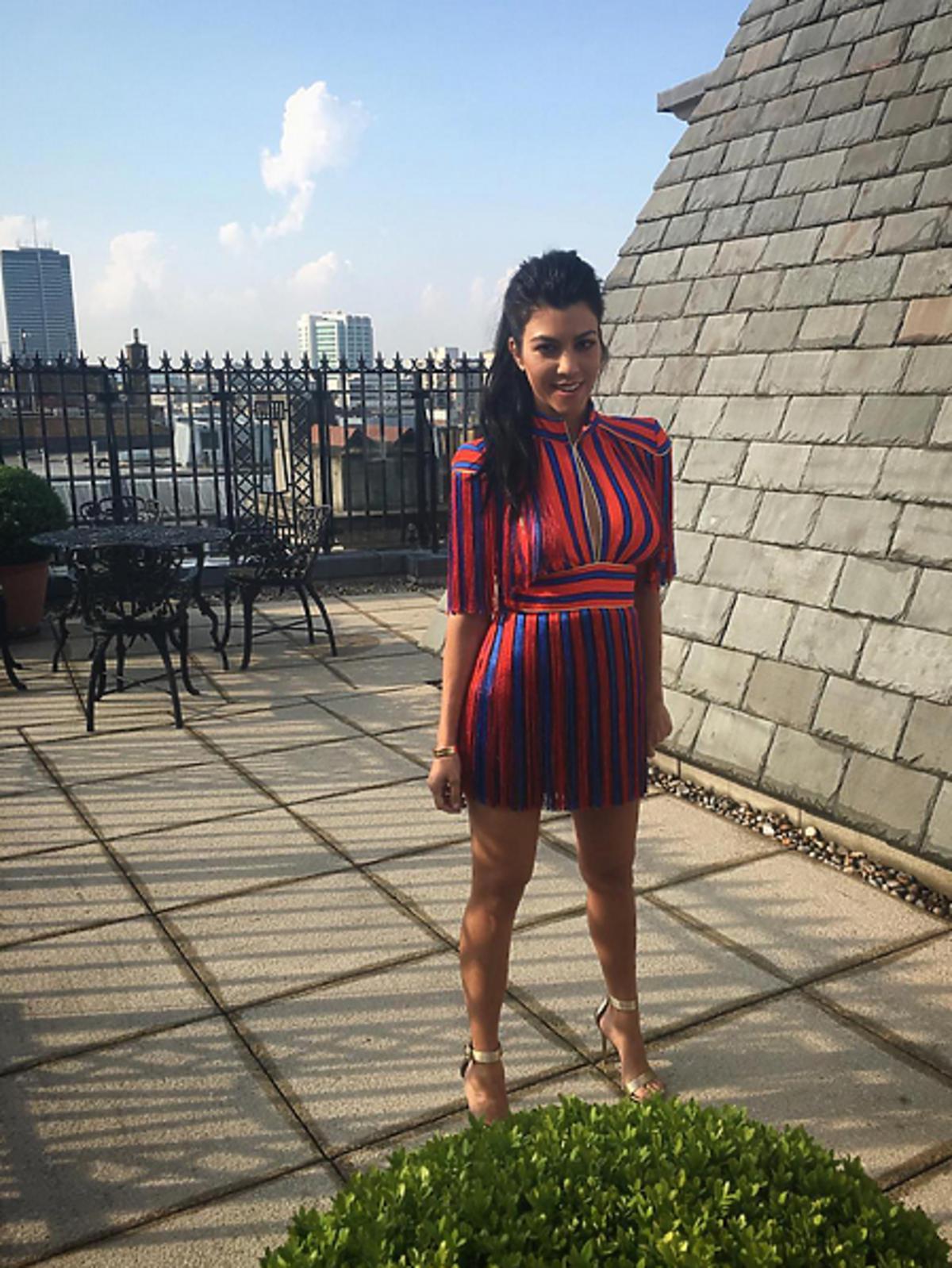 Kourtney Kardashian w sukience Elisabetty Franchi w Londynie