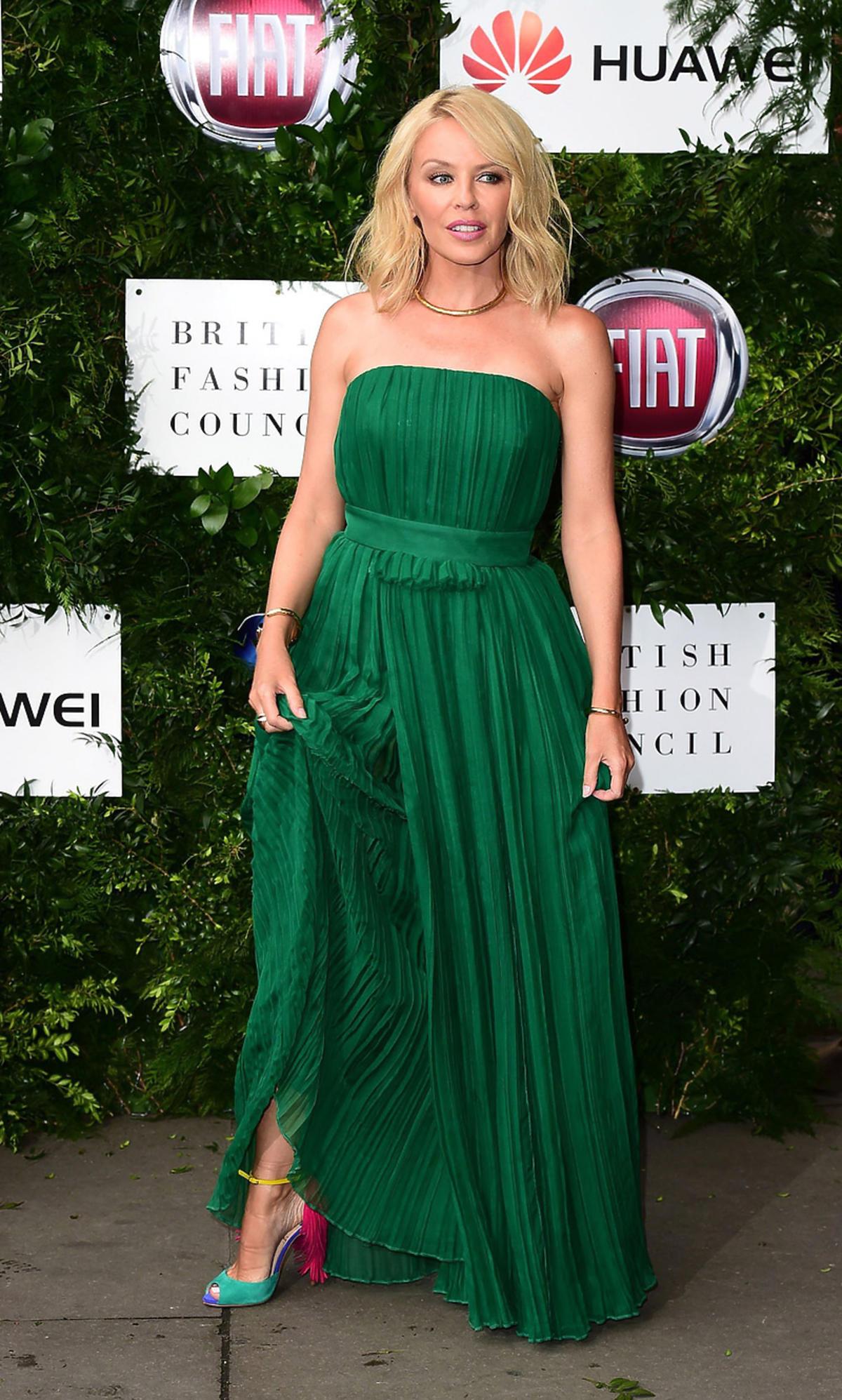 Kylie Minogue w zielonej sukni na charytatywnej imprezie w Londynie