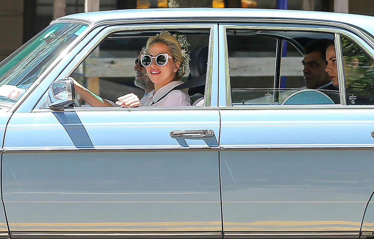 Lady Gaga w dziewczęcej stylizacji na spacerze w Nowym Jorku