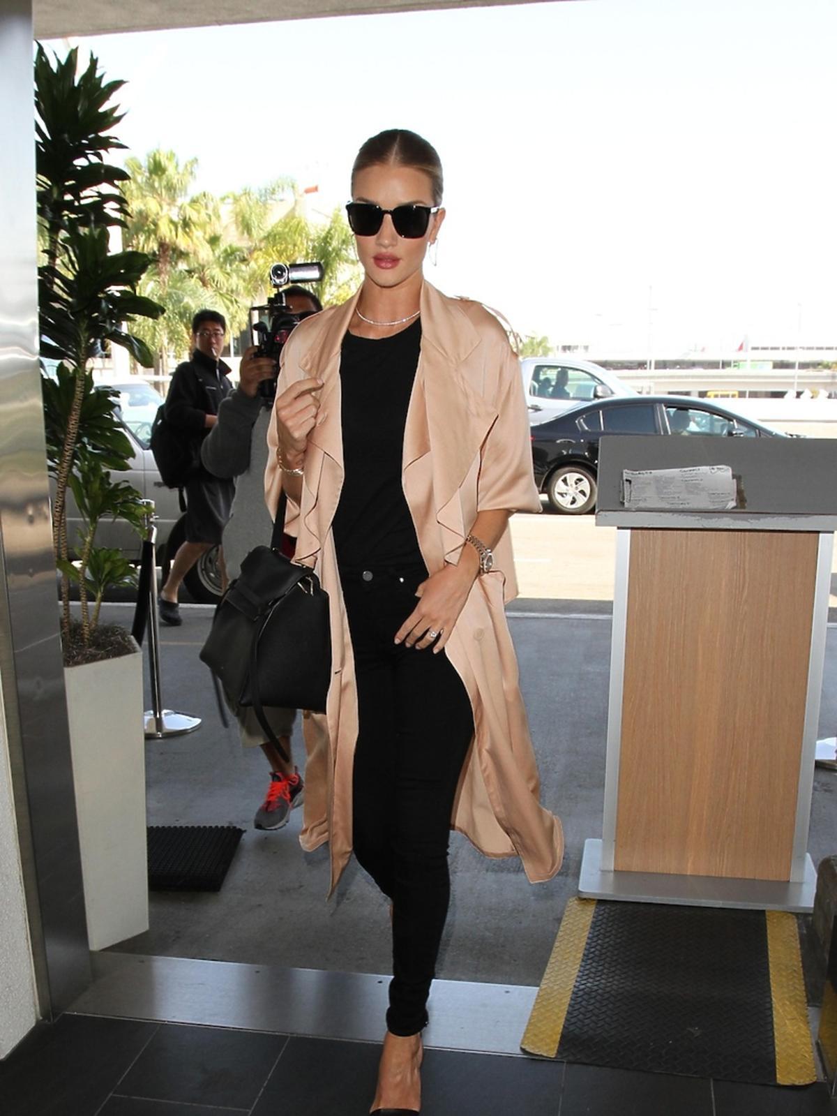 Luksusowa stylizacja Stylizacja Rosie Huntington-Whiteley na lotnisku w Los Angeles