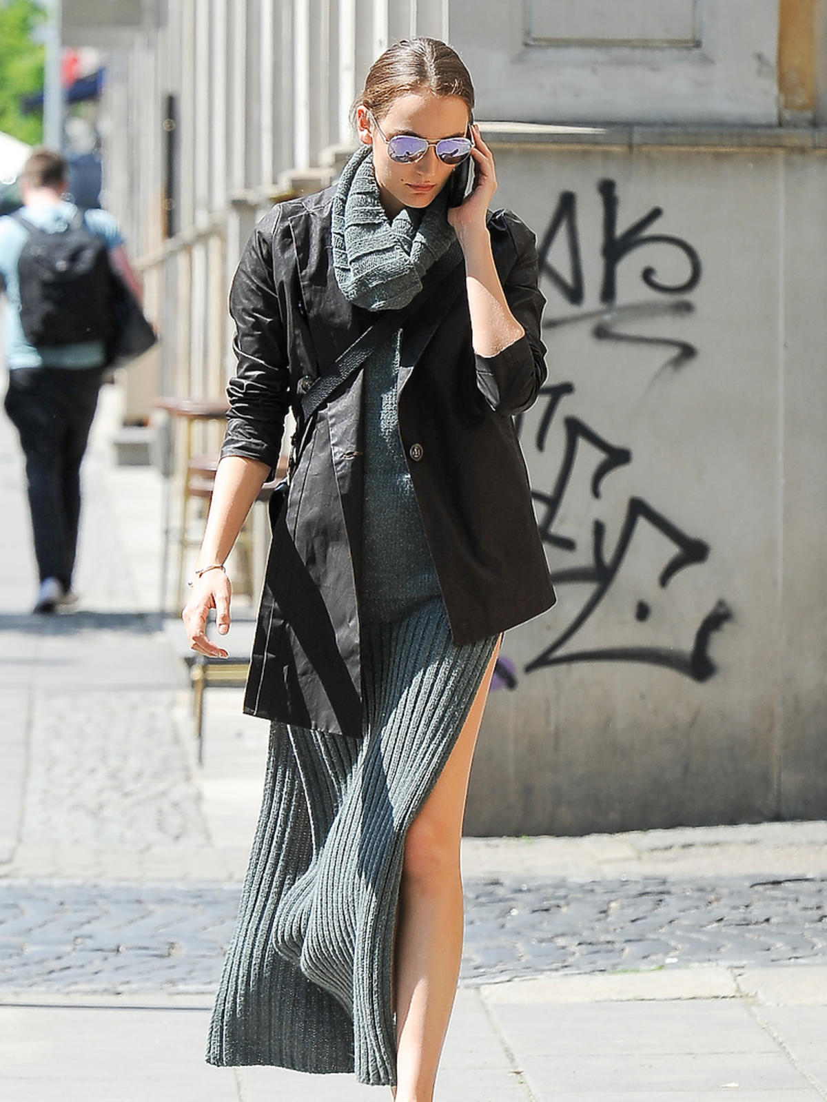 Modna stylizacja modelki Zuzanny Bijoch na spacerze w Warszawie