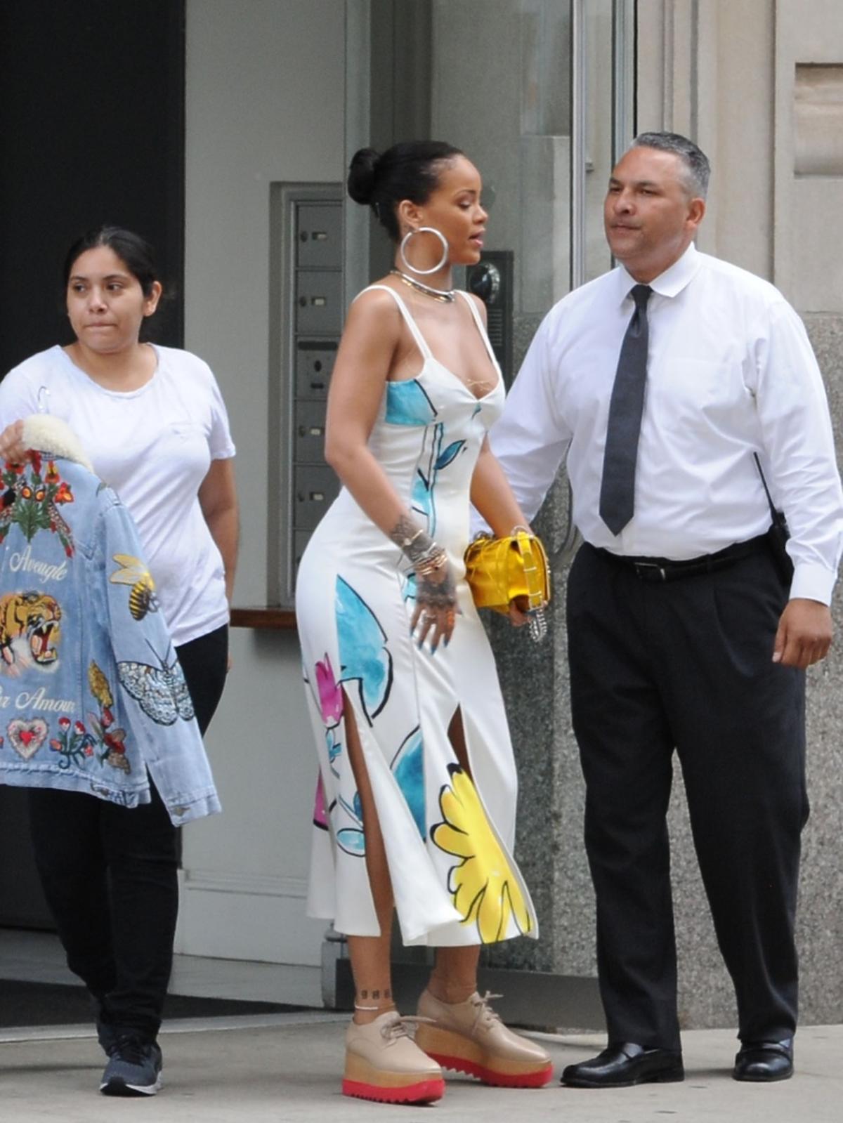 Modna stylizacja Rihanny z sukienką marki Adam Selman, torebką Dior i butami Stella McCartney