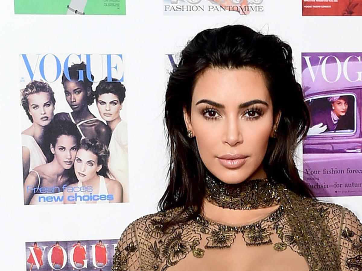 """Odważna stylizacja seksownej Kim Kardashian na imprezie brytyjskiego """"Vogue'a"""""""