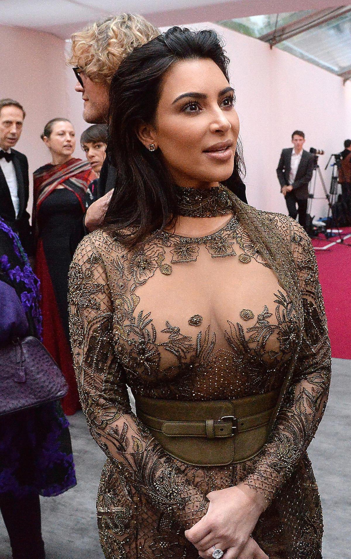 Odważna stylizacja seksownej Kim Kardashian na imprezie brytyjskiego