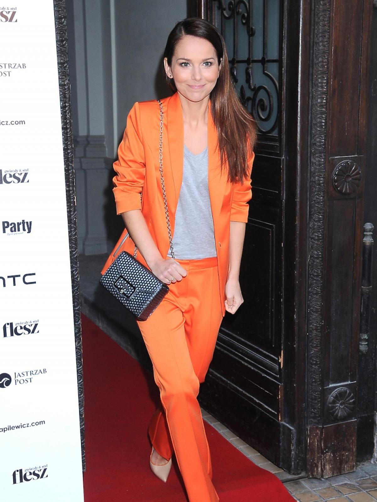 Paulina Sykut-Jeżyna pozuje na czerwonym dywanie w pomarańczowym garniturze od polskiego projektanta