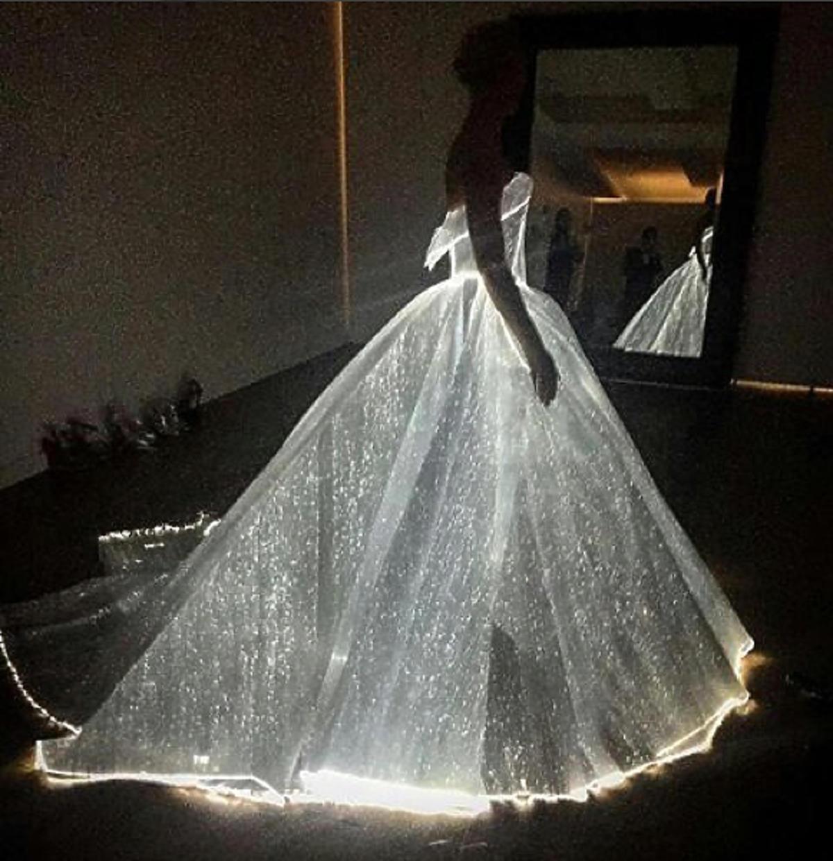 Podświetlana suknia od Zaca Posena na aktorce Claire Danes