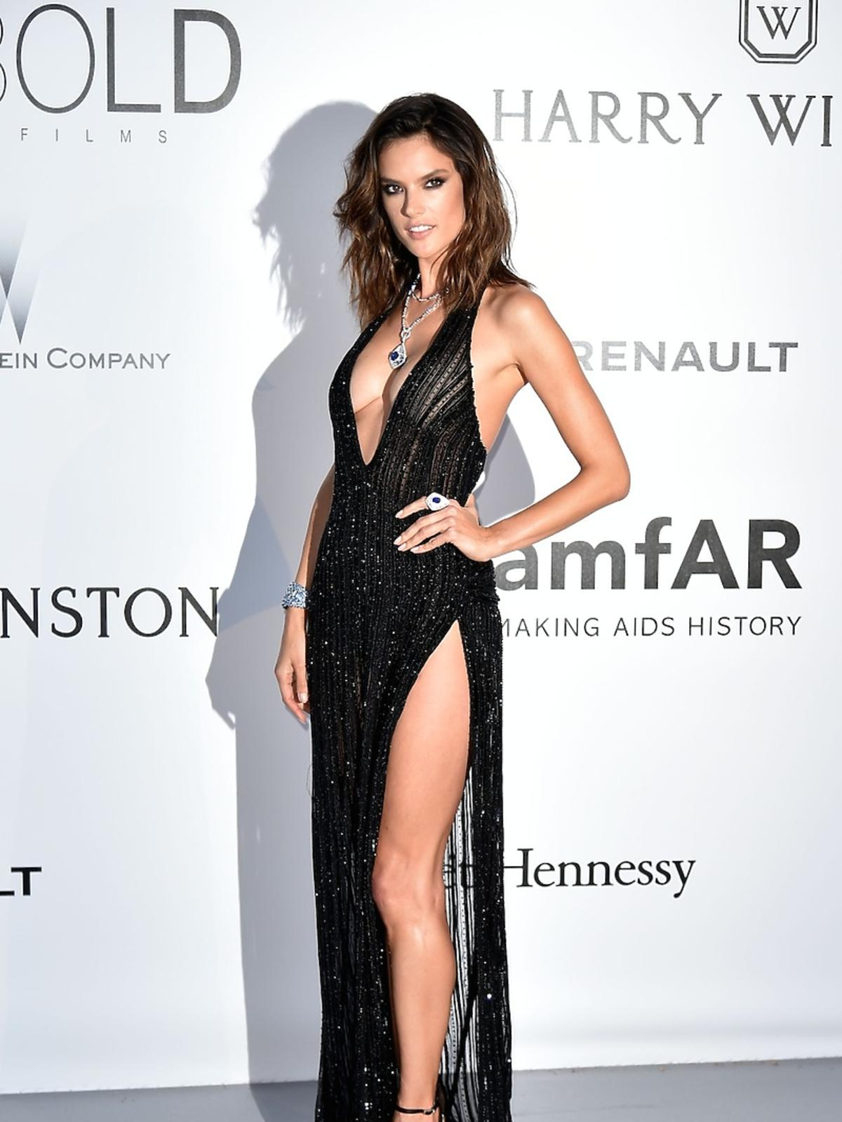 Seksowna Alessandra Ambrosio na gali amfAR w Cannes