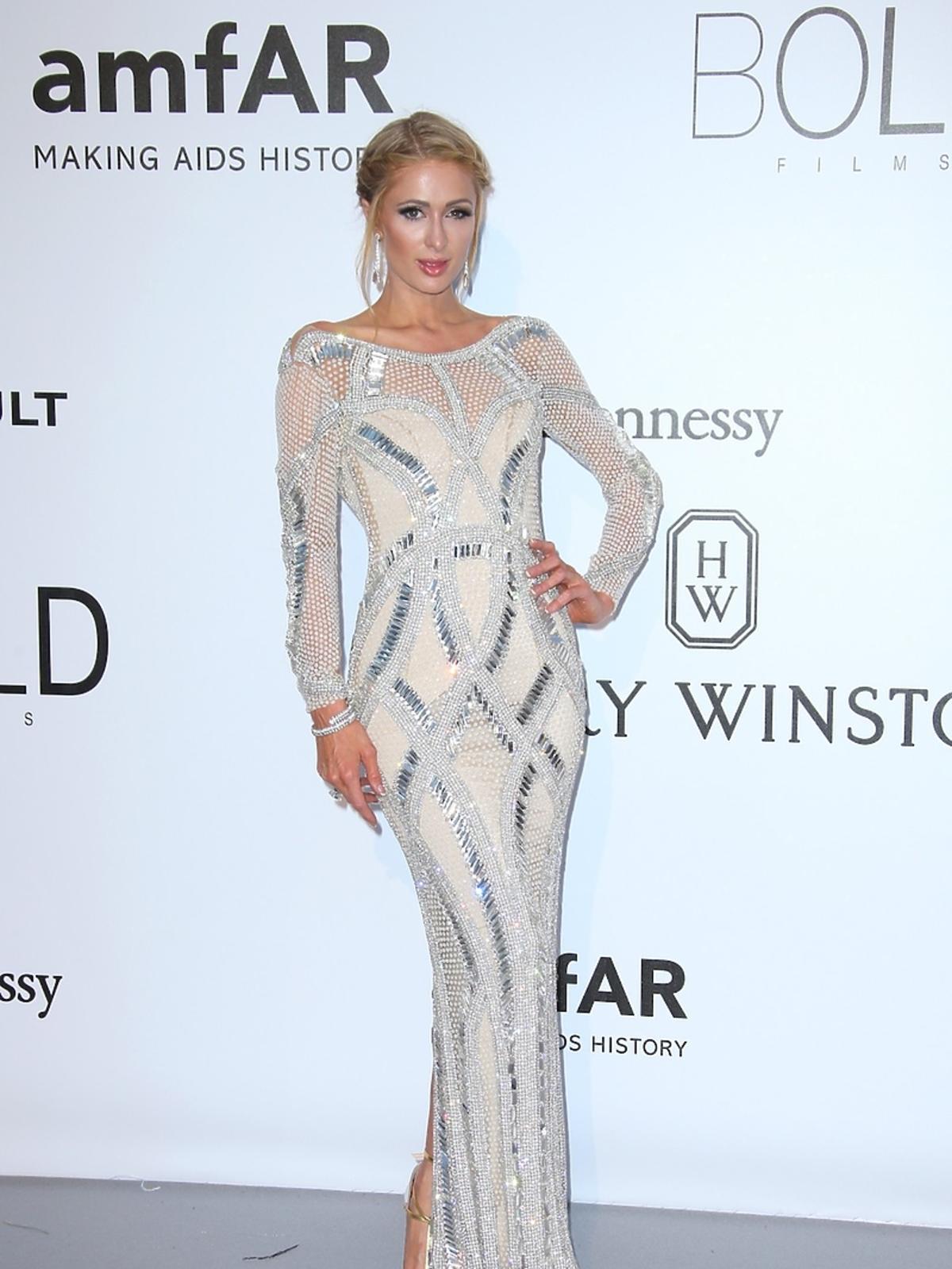 Seksowna Paris Hilton na gali amfAR w Cannes