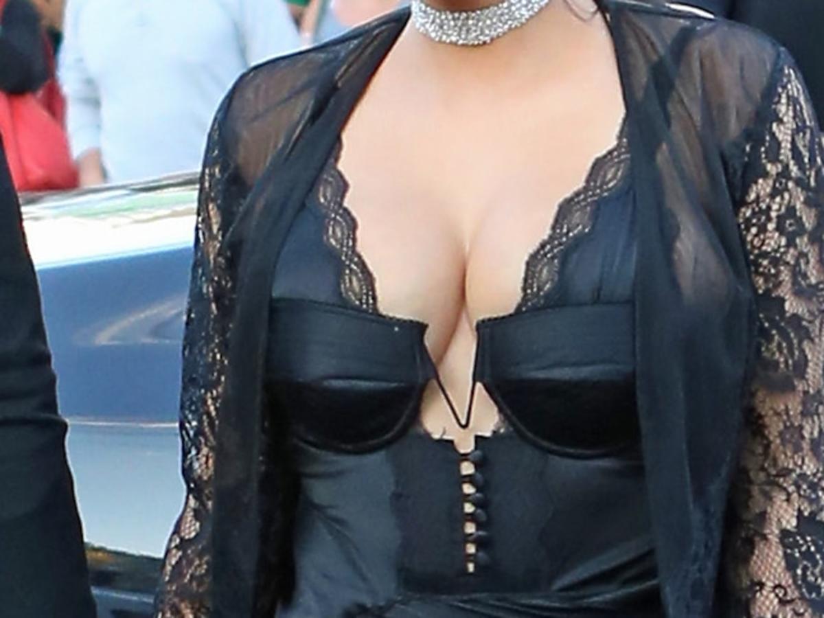 Seksowne piersi Kim Kardashian w sukience od Alexandra Wanga