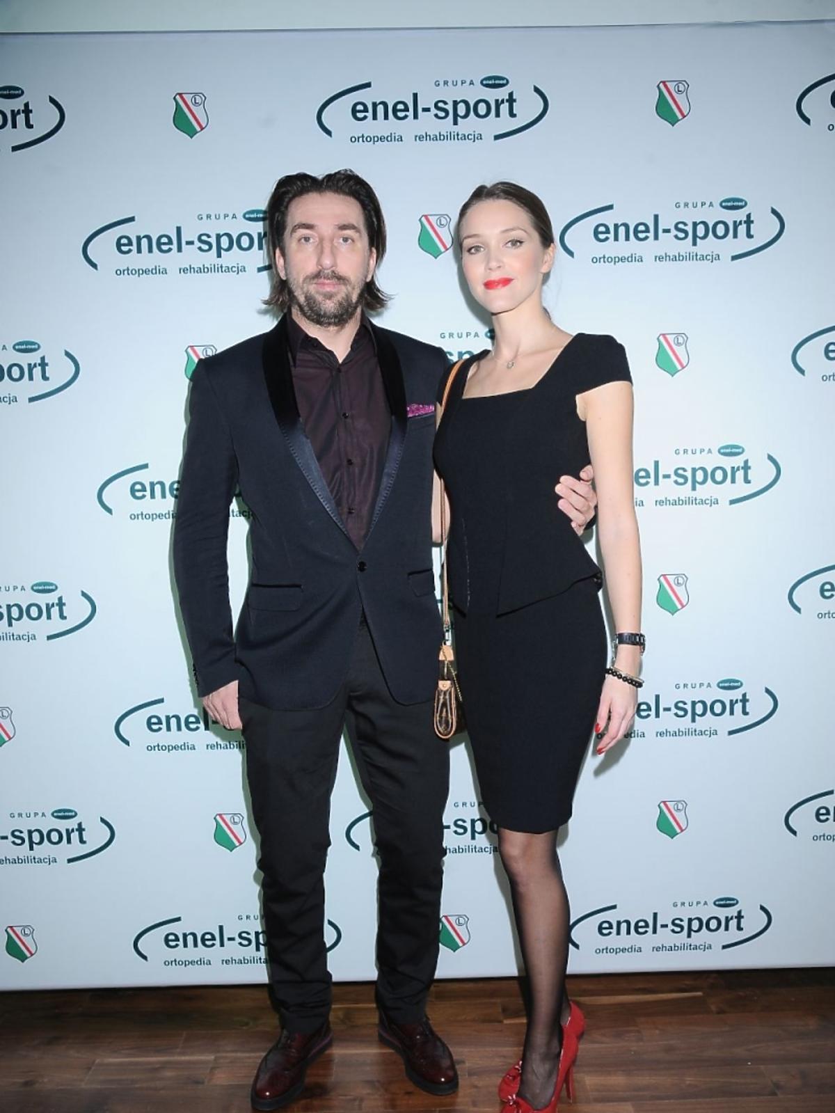Tomasz Iwan w garniturze, Natalia Jakuła w czarnej sukience