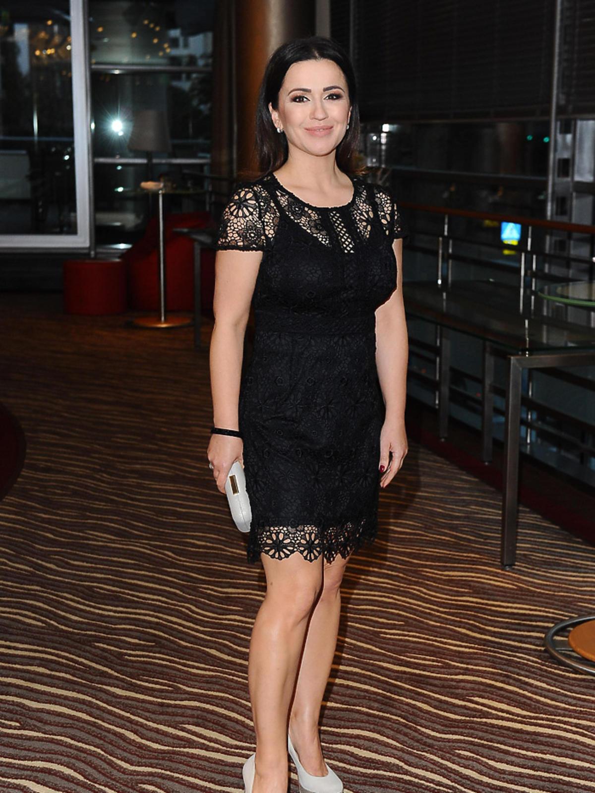 Beata Tadla na gali Hotel Przyjazny Rodzinie w czarnej sukience