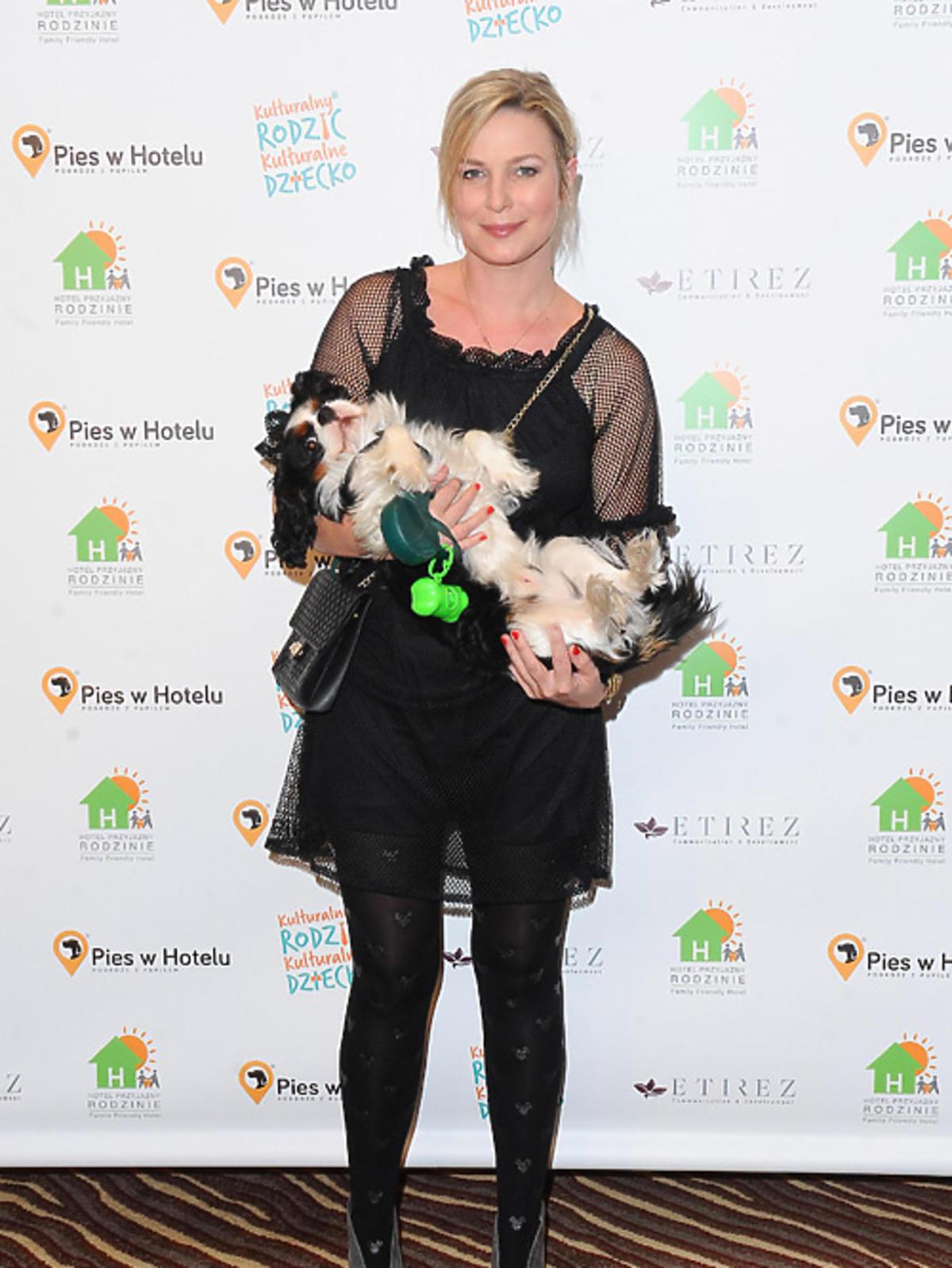 Aneta Todorczuk-Perchuć z psem pozuje do zdjęć