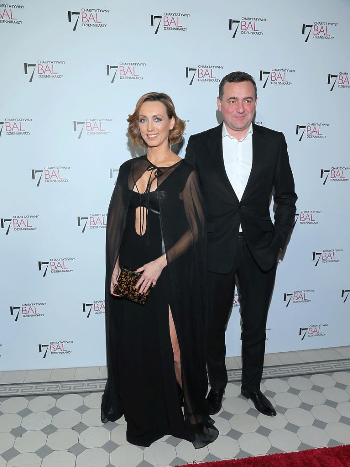 Anna Kalczyńska w czarnej sukience pozuje do zdjęć z mężem