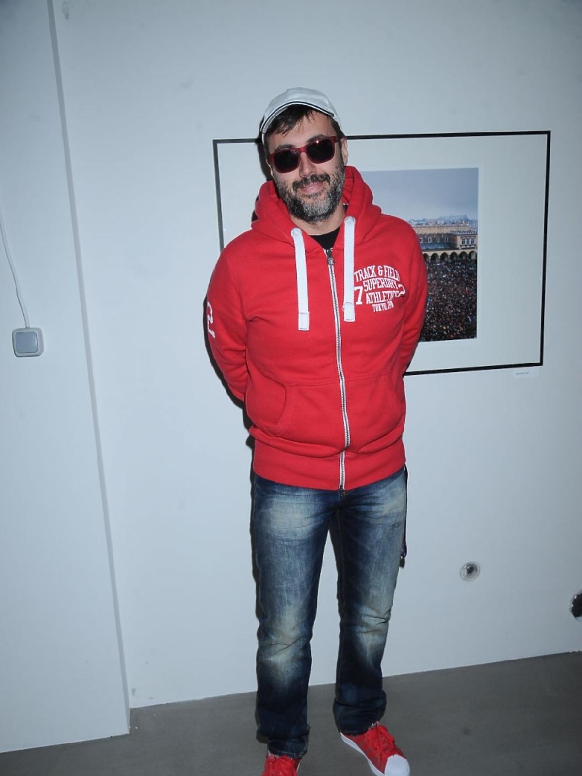 DJ Adamus w czerwonej bluzie na imprezie
