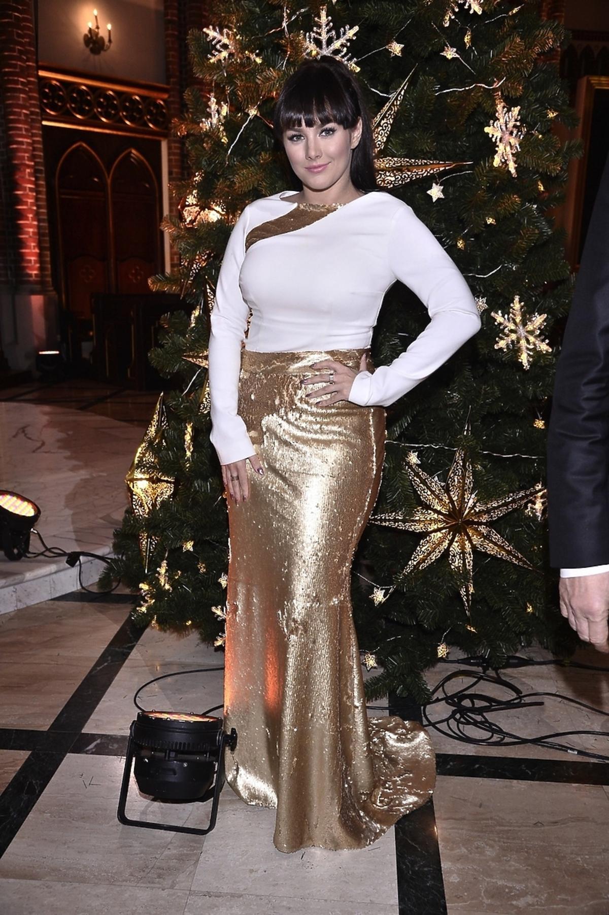 Ewa Farna w złotej sukience