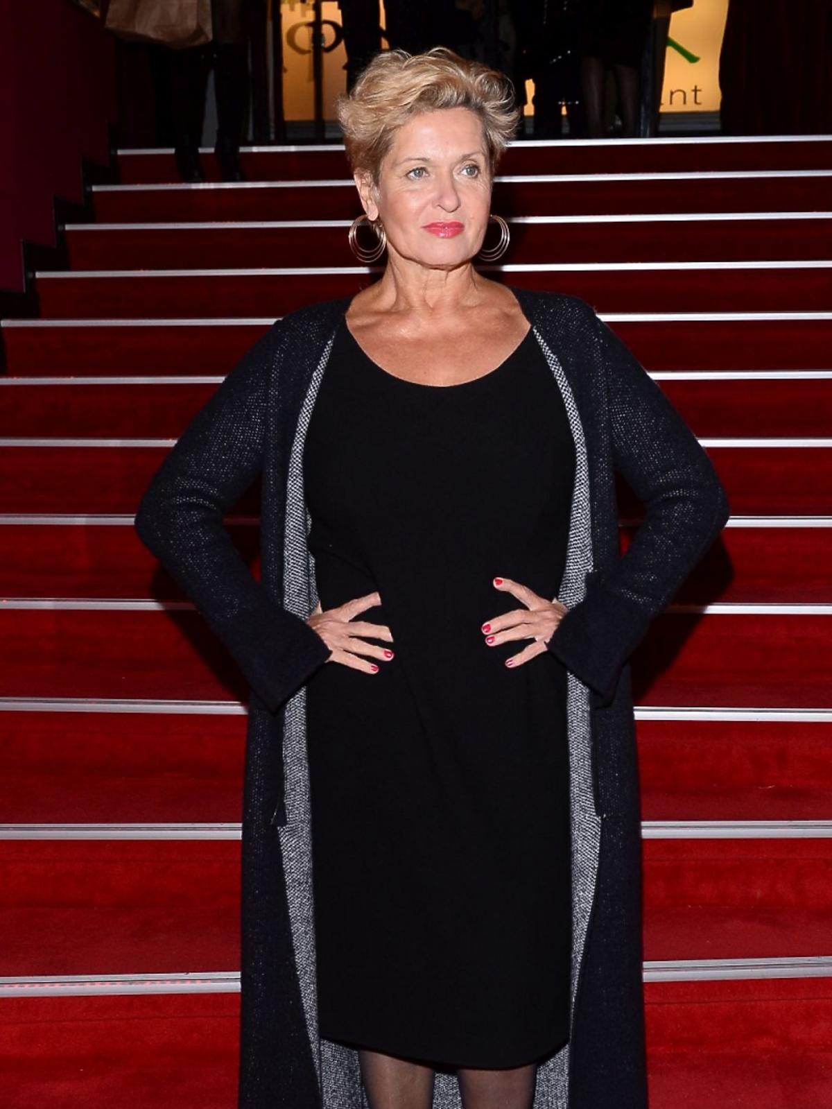 Ewa Kasprzyk w czarnej sukience za kolana