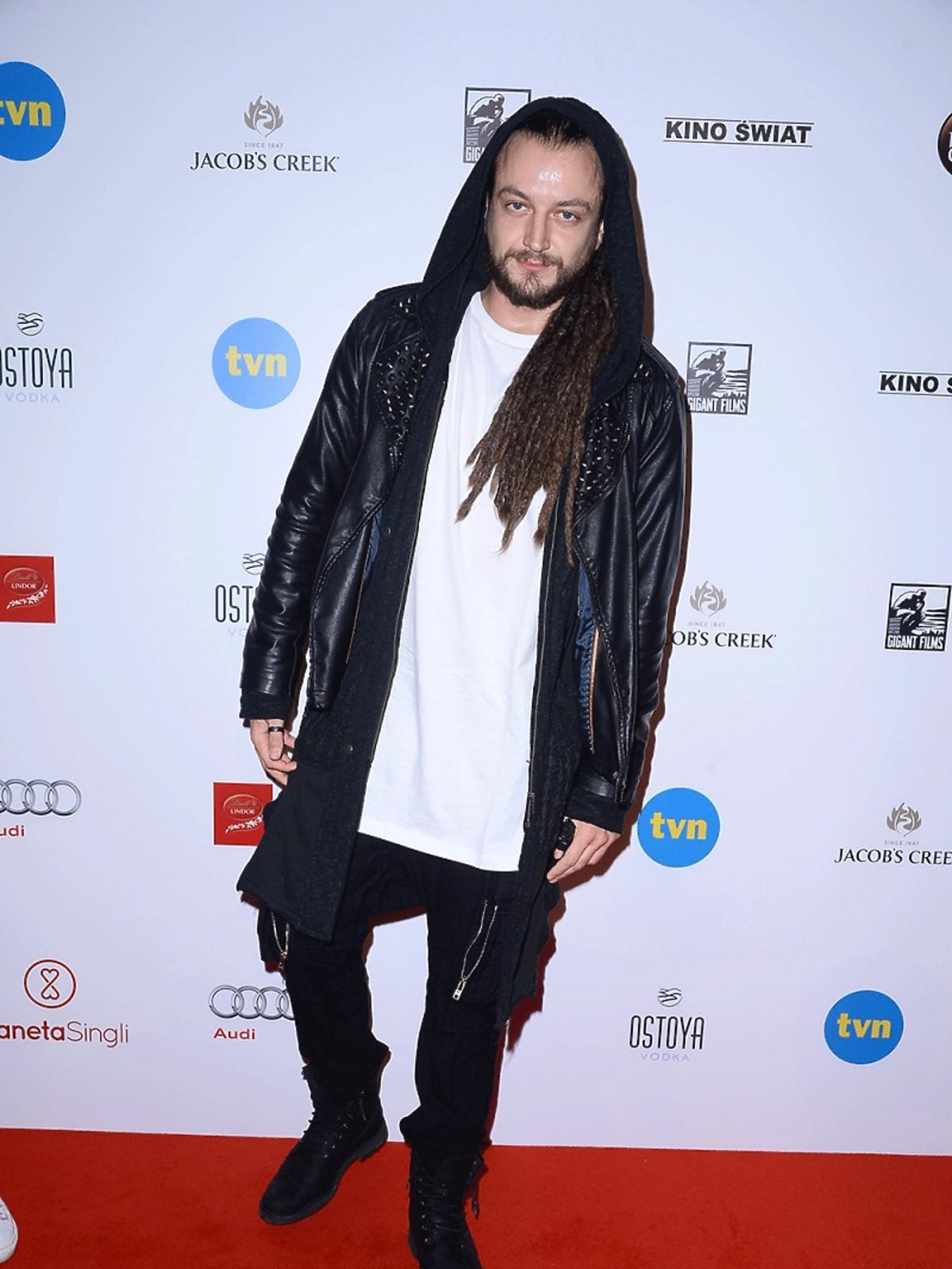 Aleksander Milwiw-Baron w skórzanej kurtce