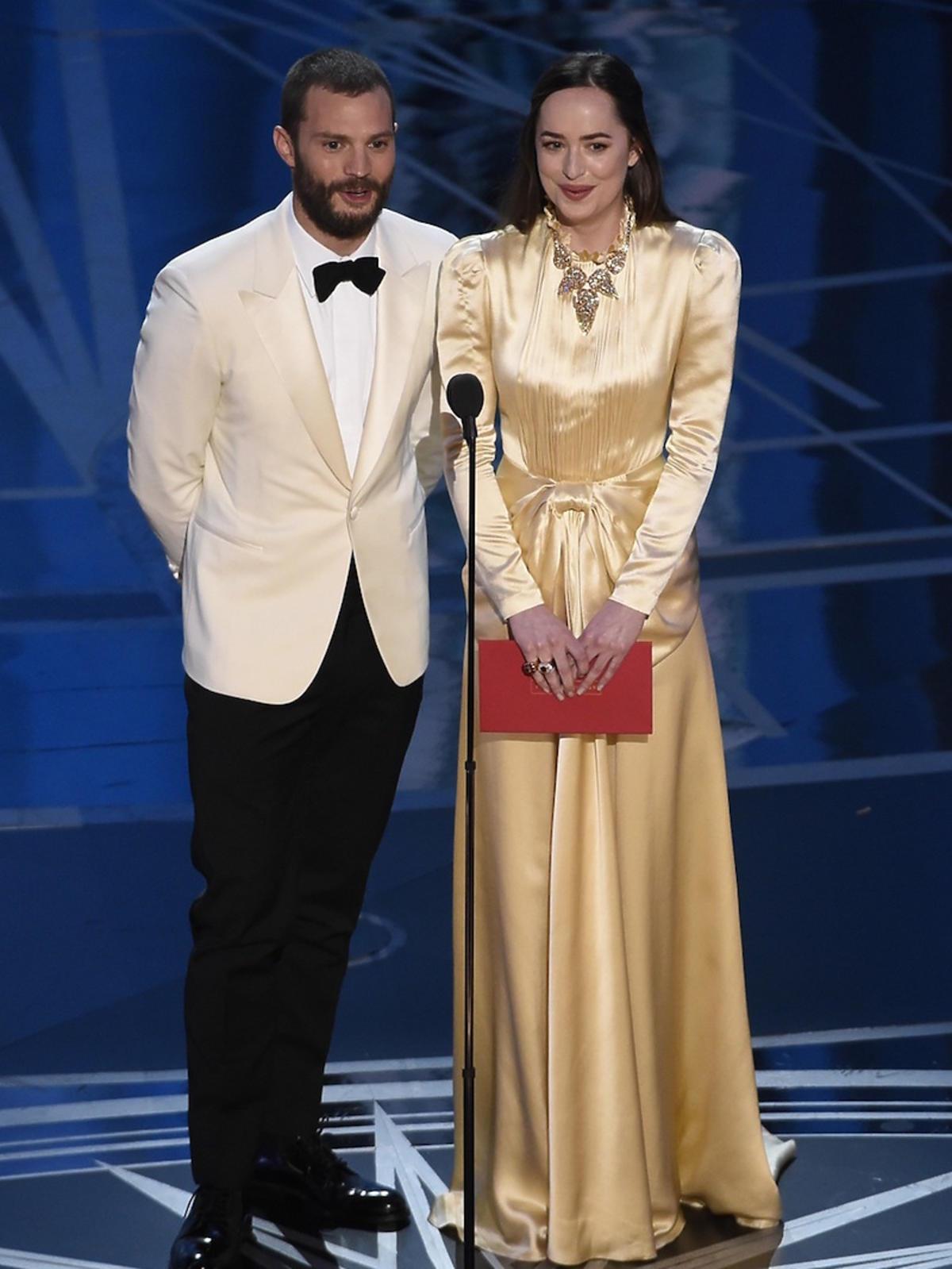 Jamie Dornan i Dakota Johnson na scenie podczas Oscarów 2017