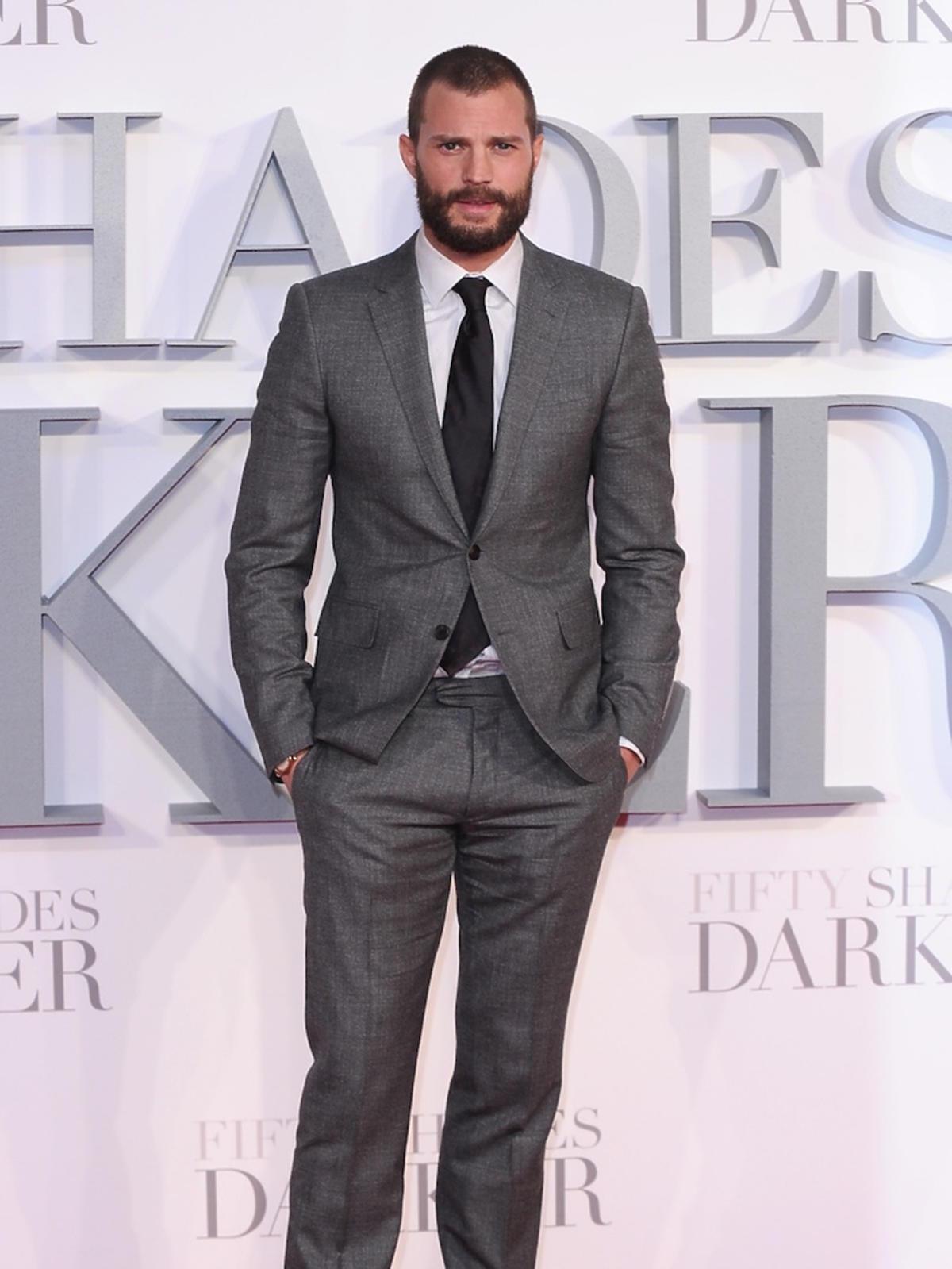 Jamie Dornan w Londynie na premierze Ciemniejszej strony Greya w szarym garniturze