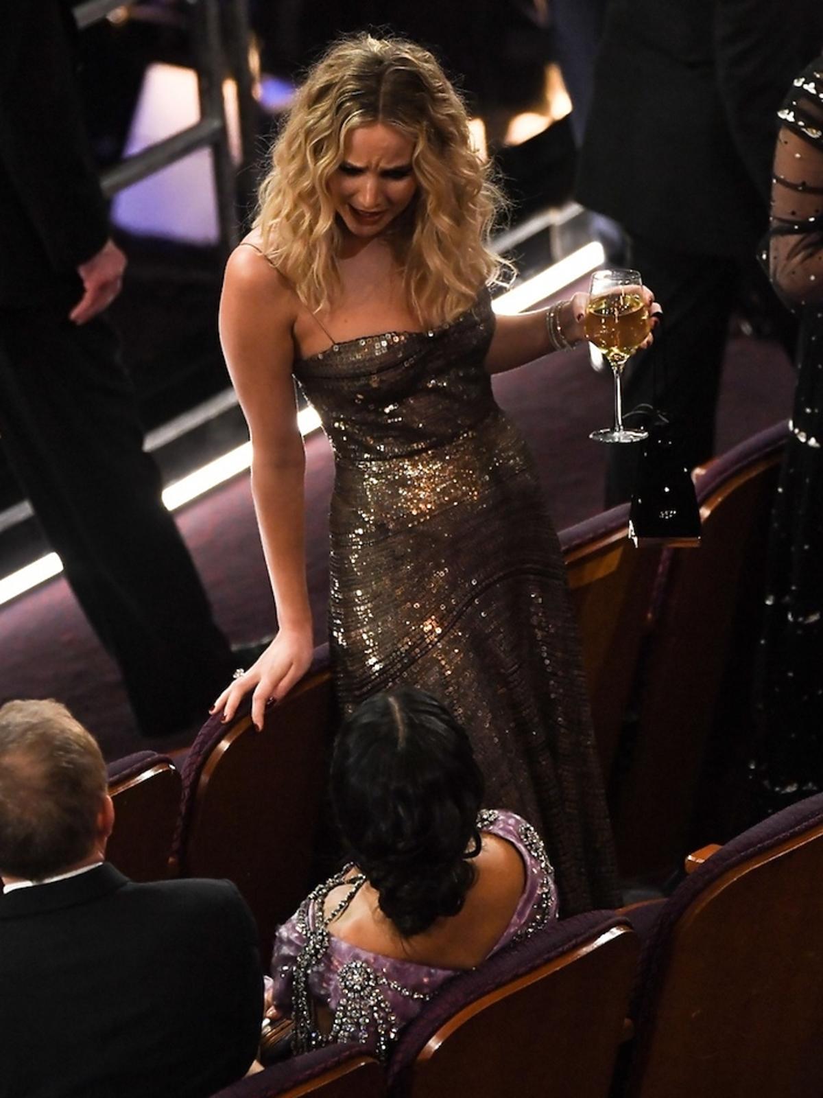 Jennifer Lawrence z kieliszkiem wina na Oscarach 2018