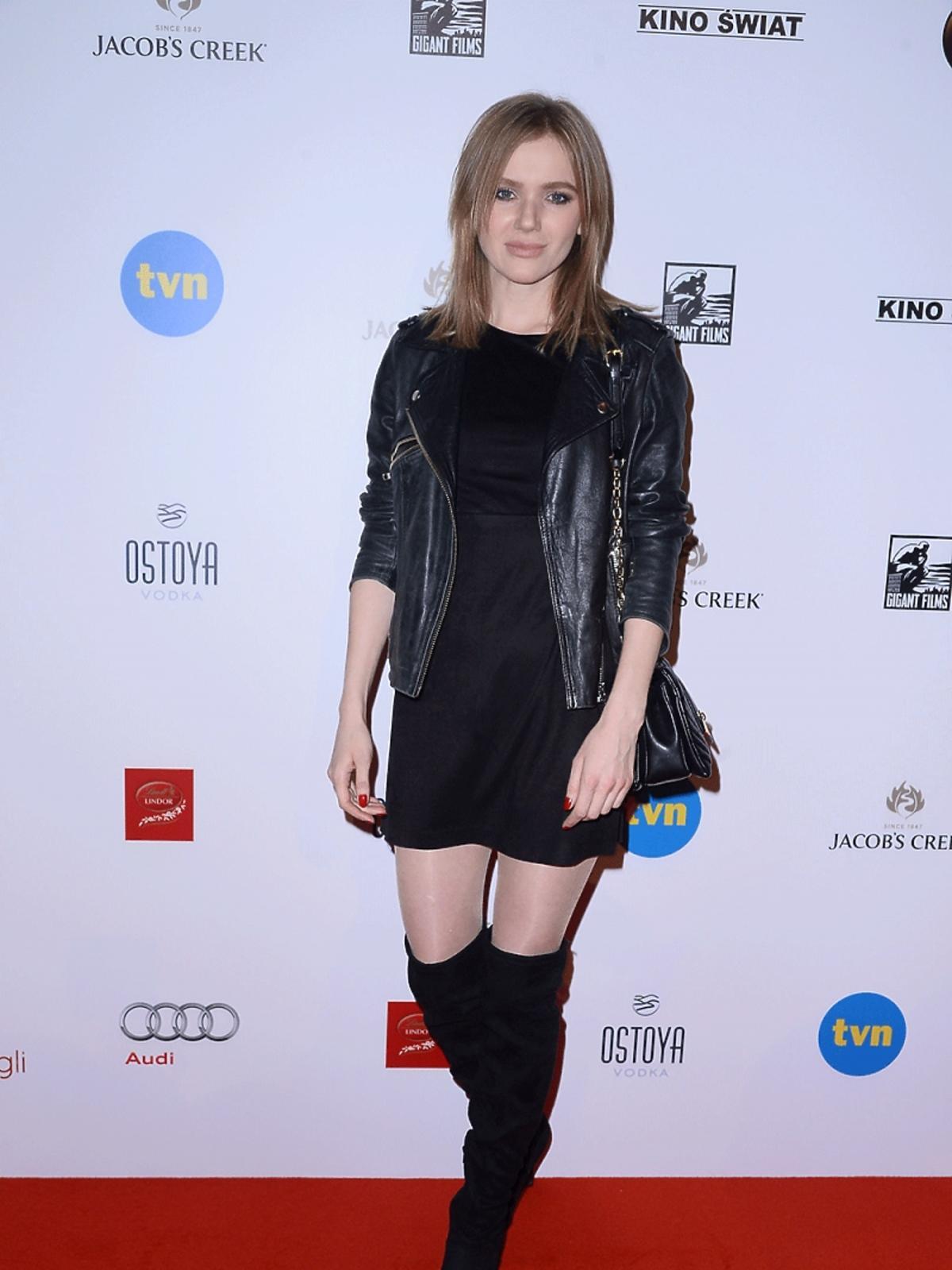 Joanna Majstrak w ciemnych włosach na premierze