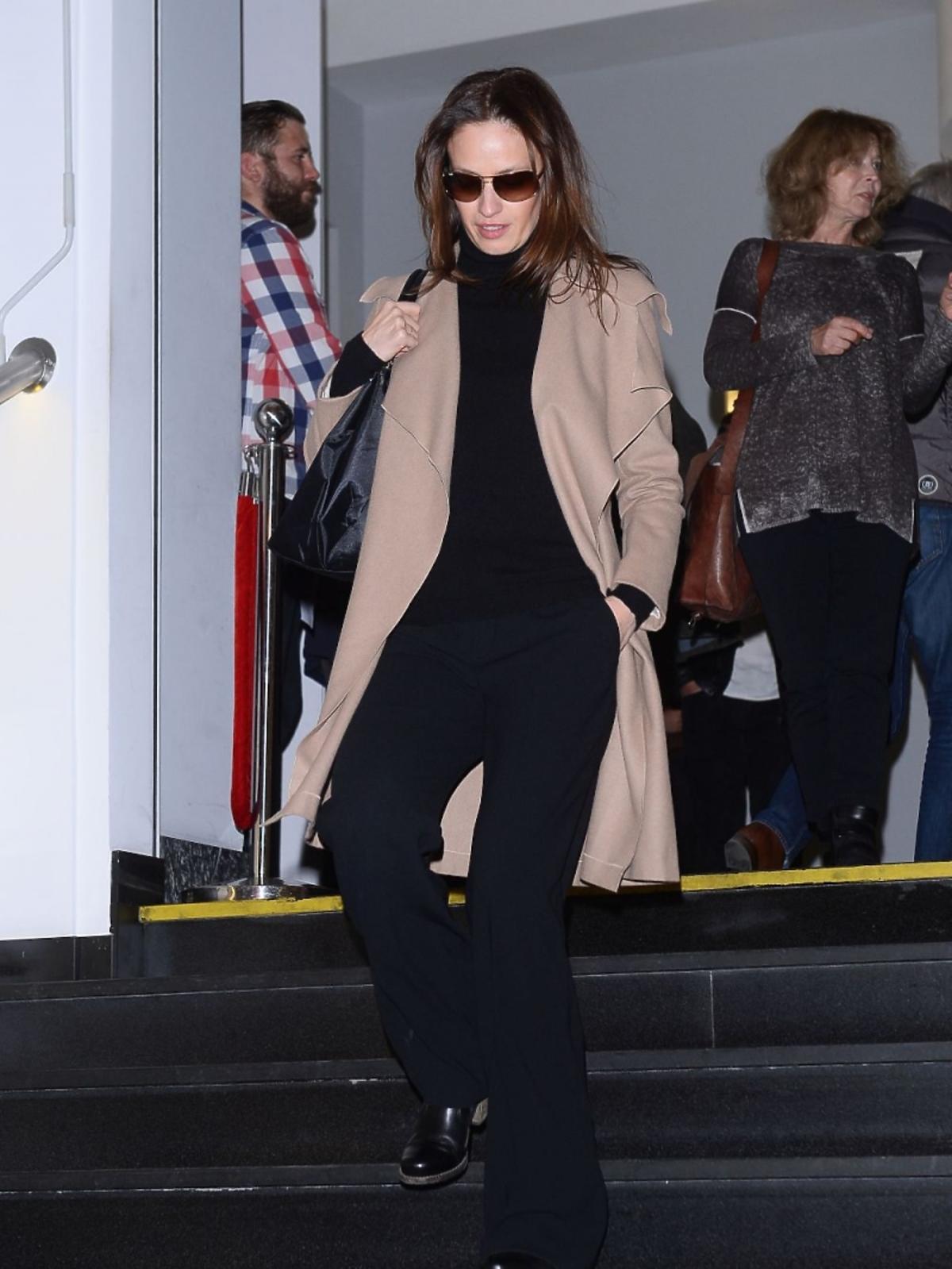 Magdalena Różczka w okularach przeciwsłonecznych w kinie