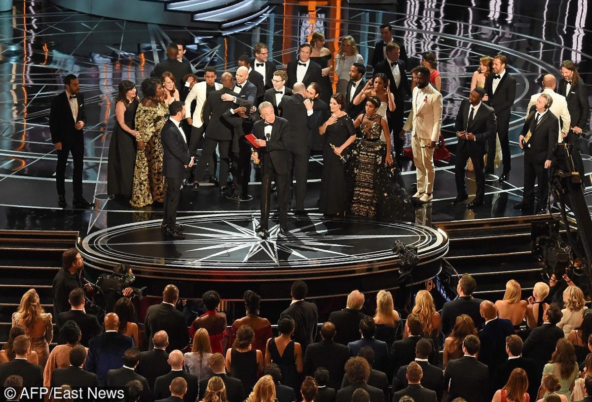 Oscary 2017 - zamieszanie na scenie, po nagrode wyszli razem twórcy