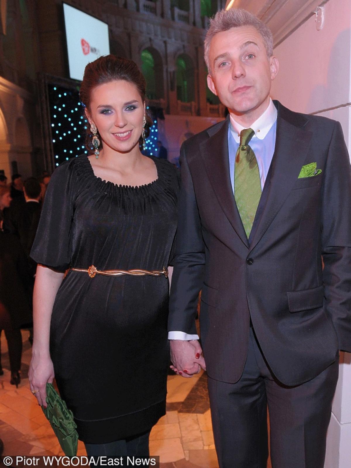 Hubert Urbański w garniturze z zielonym krawatem, Julia Chmielnik