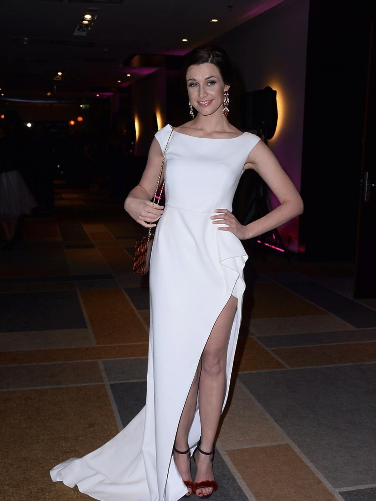 Julia Kamińska w białej sukni z trenem