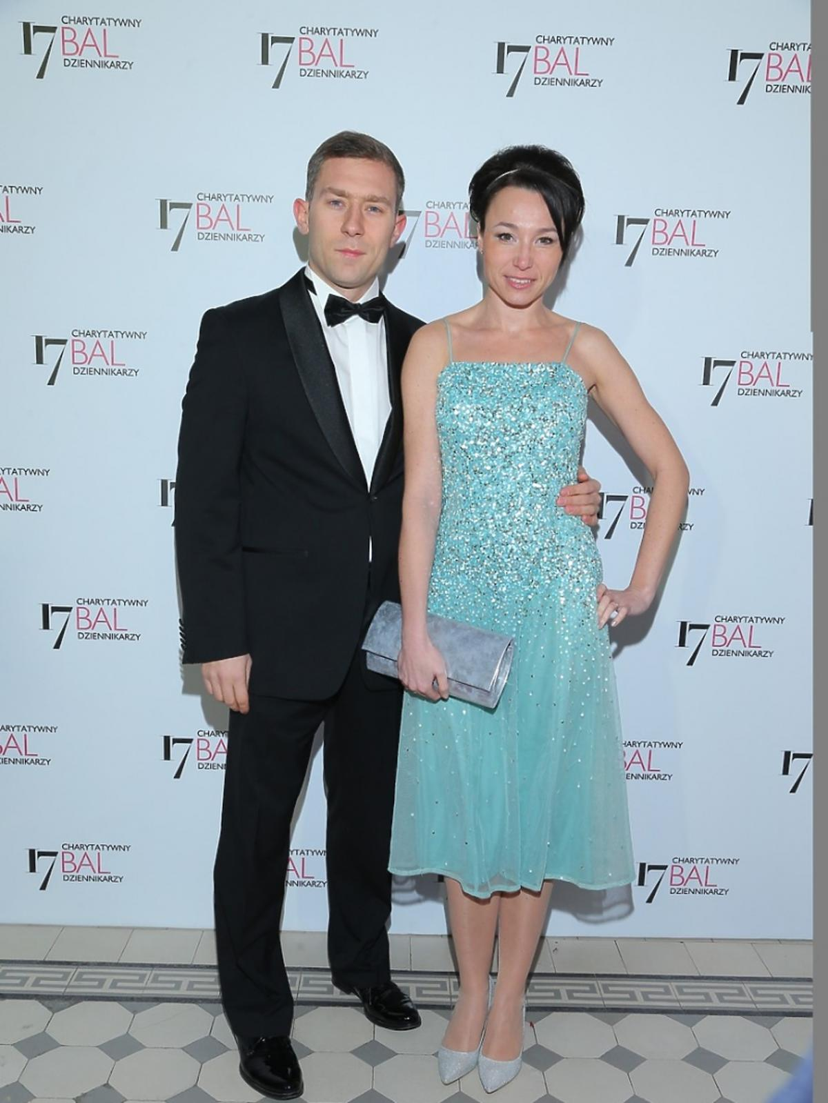 Karolina Borkowska w turkusowej sukience z mężem pozuje do zdjęć