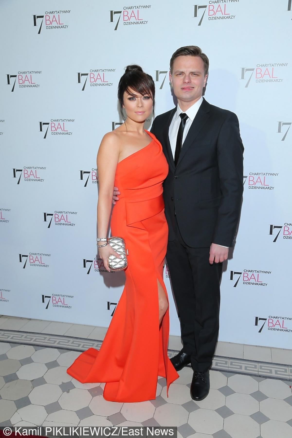 Kasia Cichopek w czerwonej sukience, Marcin Hakiel w garniturze
