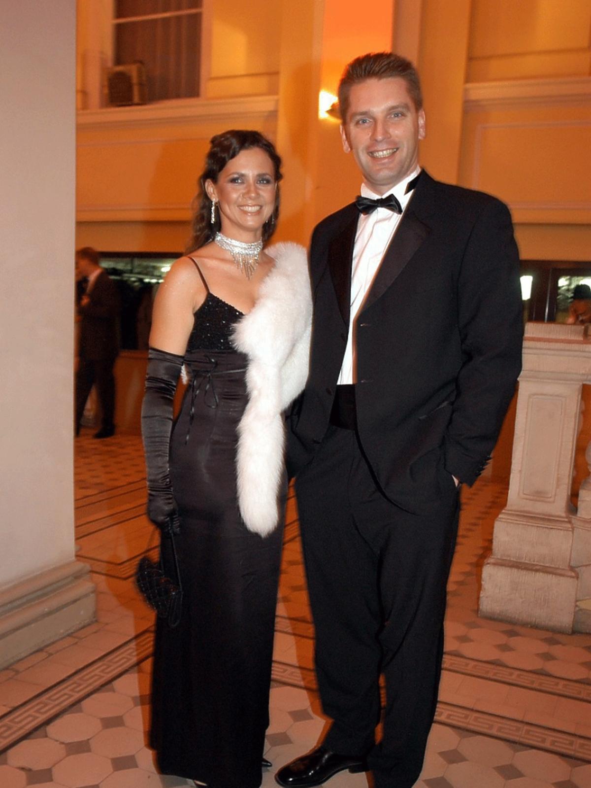 Kinga Rusin w czarnej balowej sukni, Tomasz Lis w garniturze na Balu Dziennikarzy