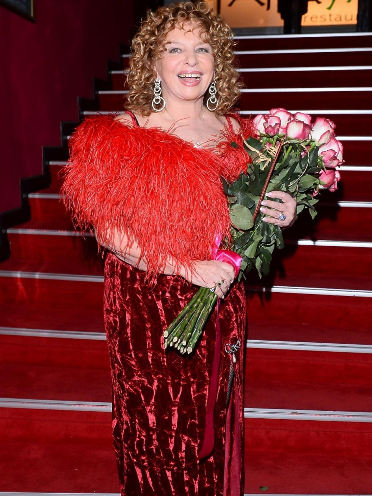 Małgorzata Potocka w czerwonej sukni do ziemi pozuje do zdjęc