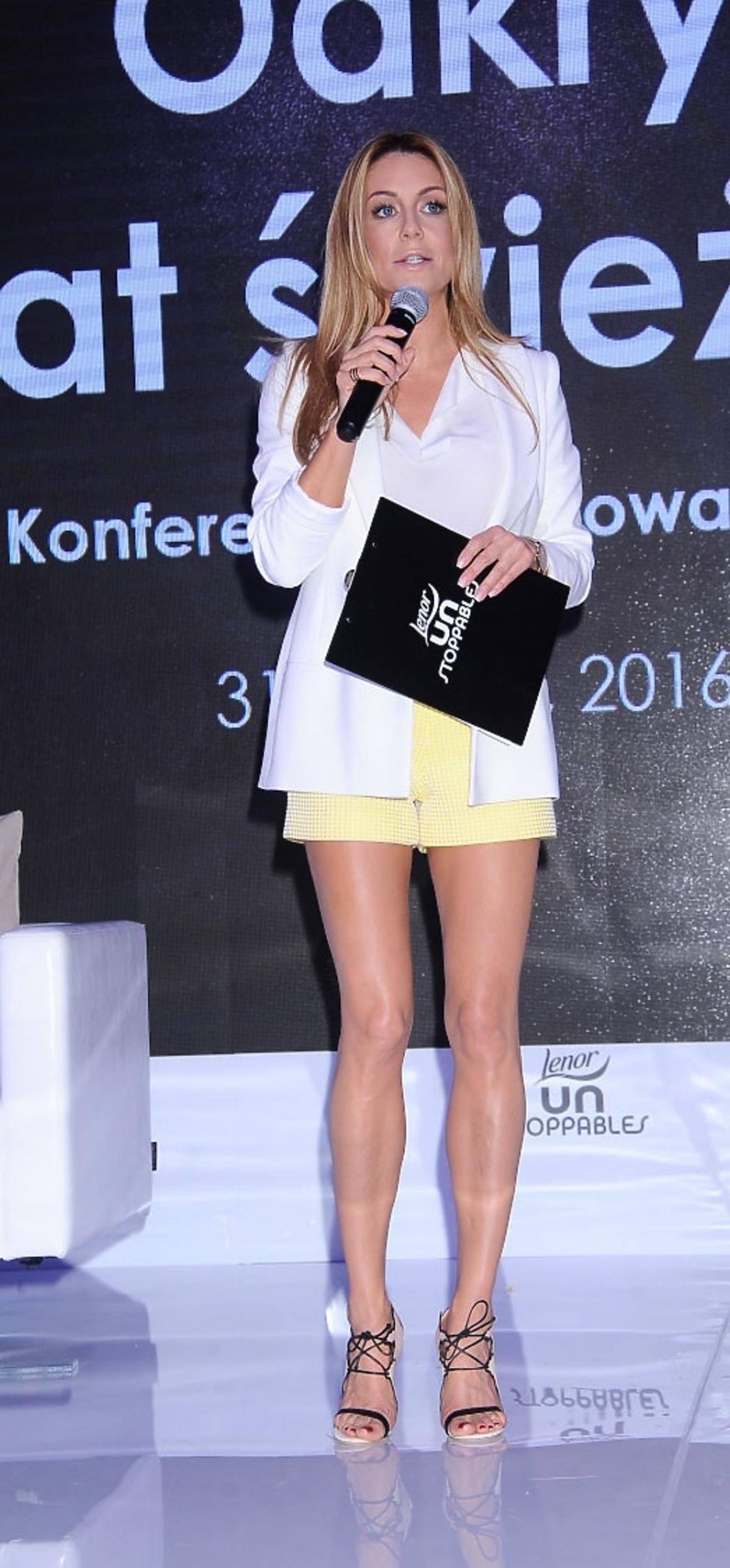 Małgorzata Rozenek w białej bluzce i żółtych spodniach