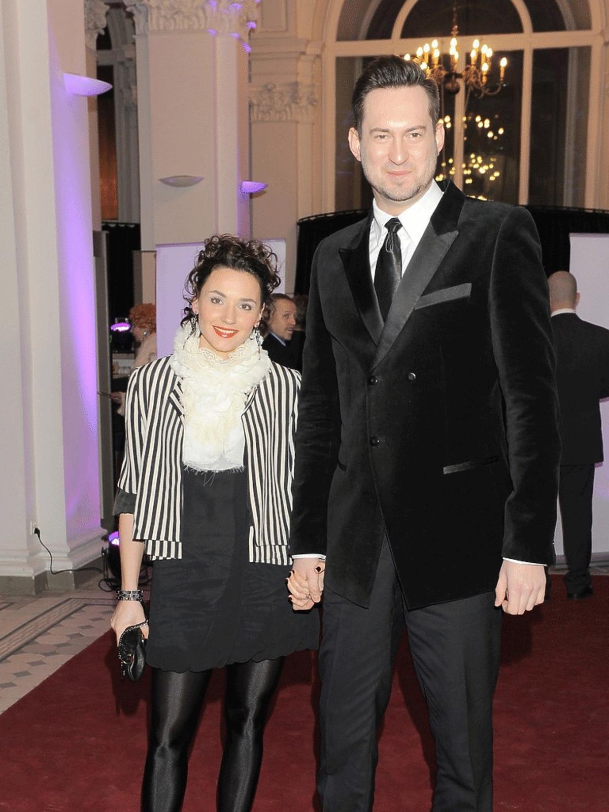 Marcin Prokop z żoną Marią pozuje do zdjęć na Balu Dziennikarzy