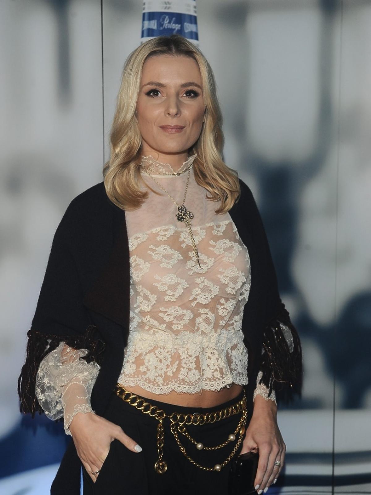 Halina Mlynkova w czarnych spodniach i koronkowej bluzce na pokazie Tomasza Ossolińskiego
