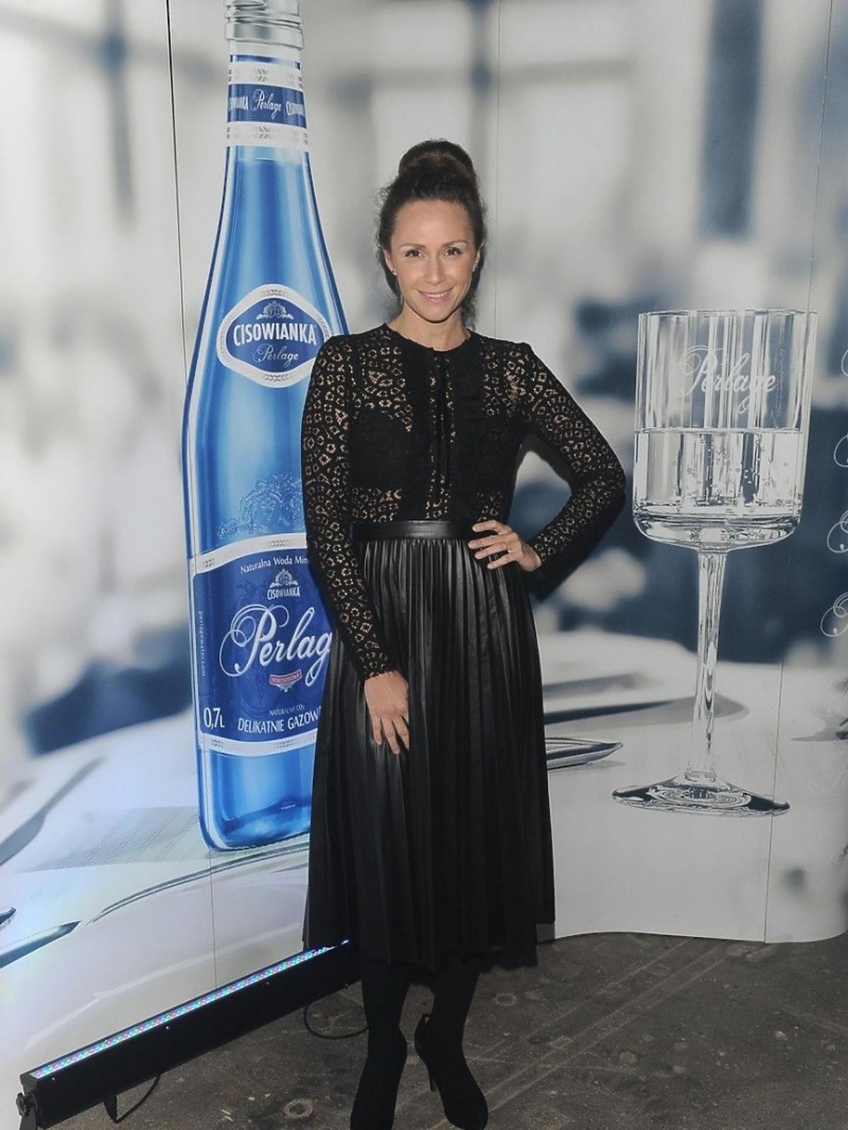 Monika Mrozowska w czarnej prześwitującej sukience na pokazie Tomasza Ossolińskiego