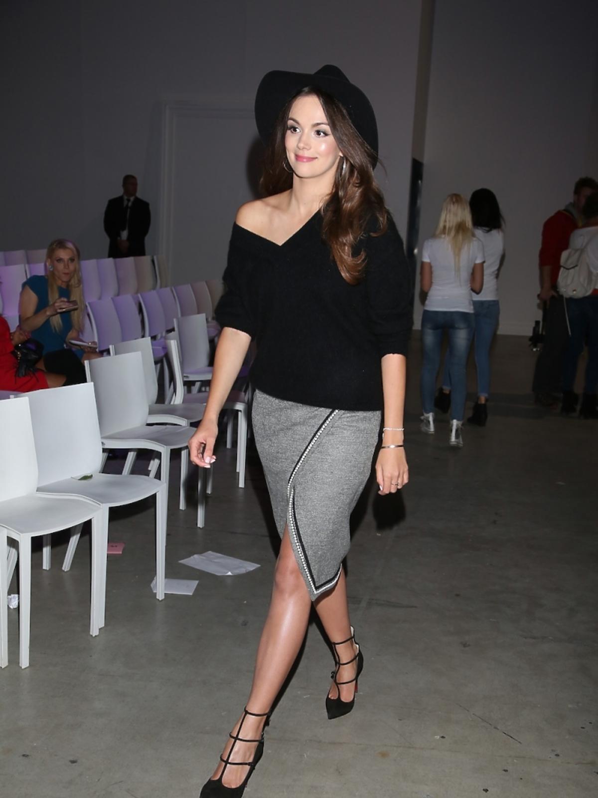 Paulina Krupińska na pokaz Bizuu założyła szarą spódnicę Bizuu i czarny sweterek