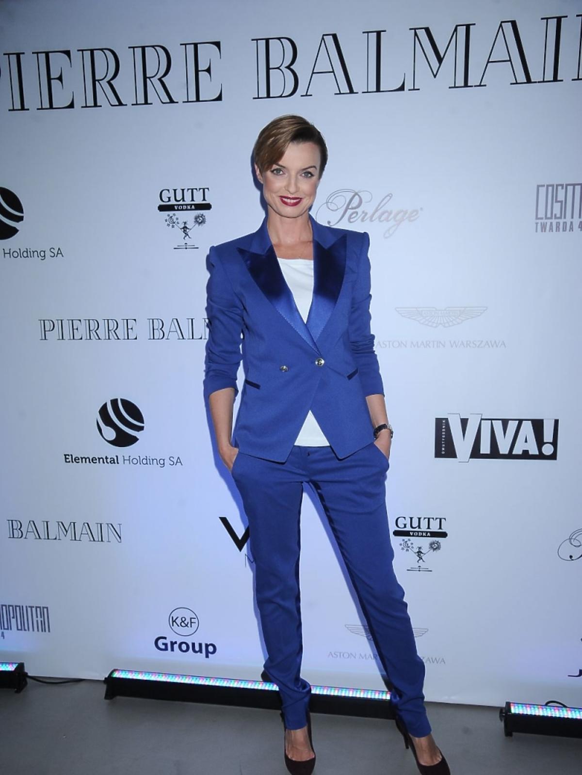 Katarzyna Sokołowska w niebieskim garniturze na prezentacji Balmain