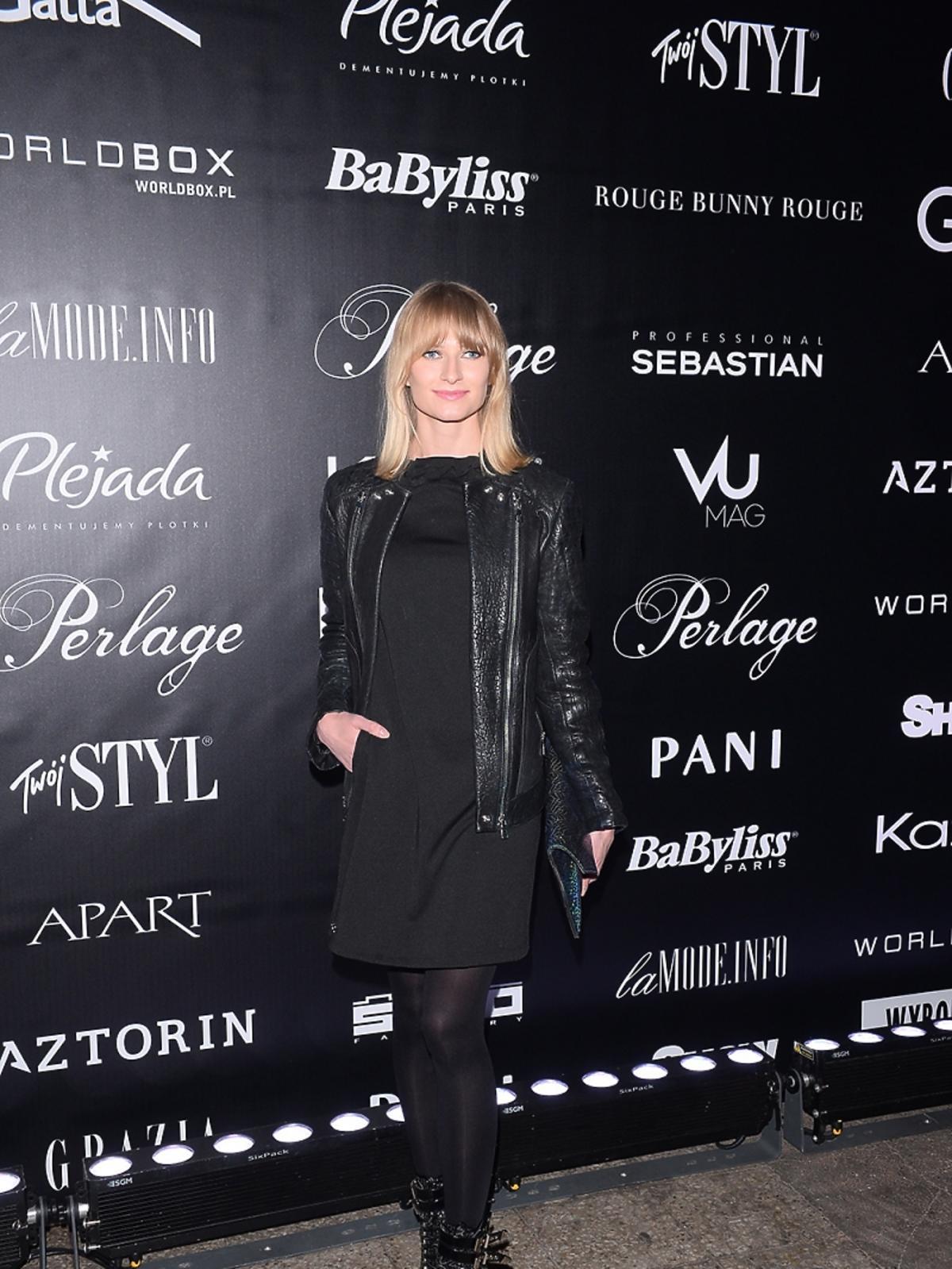 Anna Piszczałka pozuje do zdjęć na pokazie mody