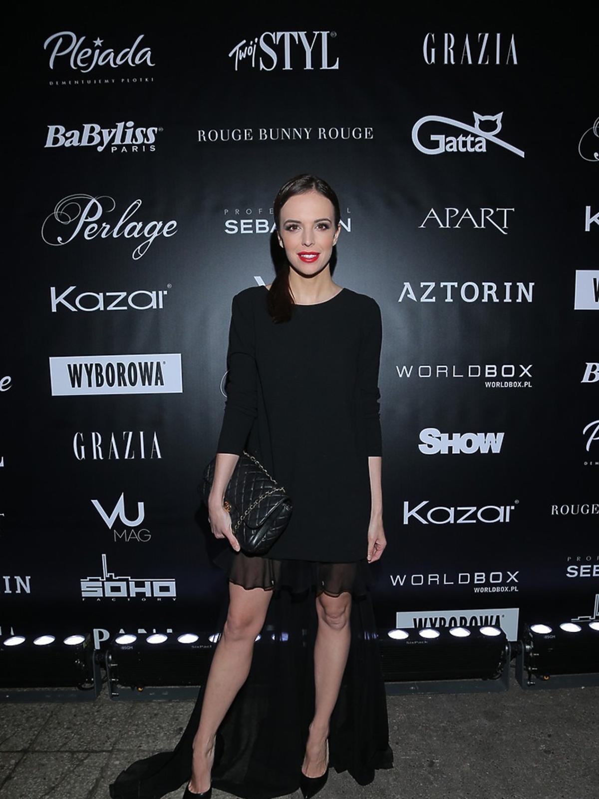 Anna Wendzikowska w czarnej seksowniej sukience na pokazie mody